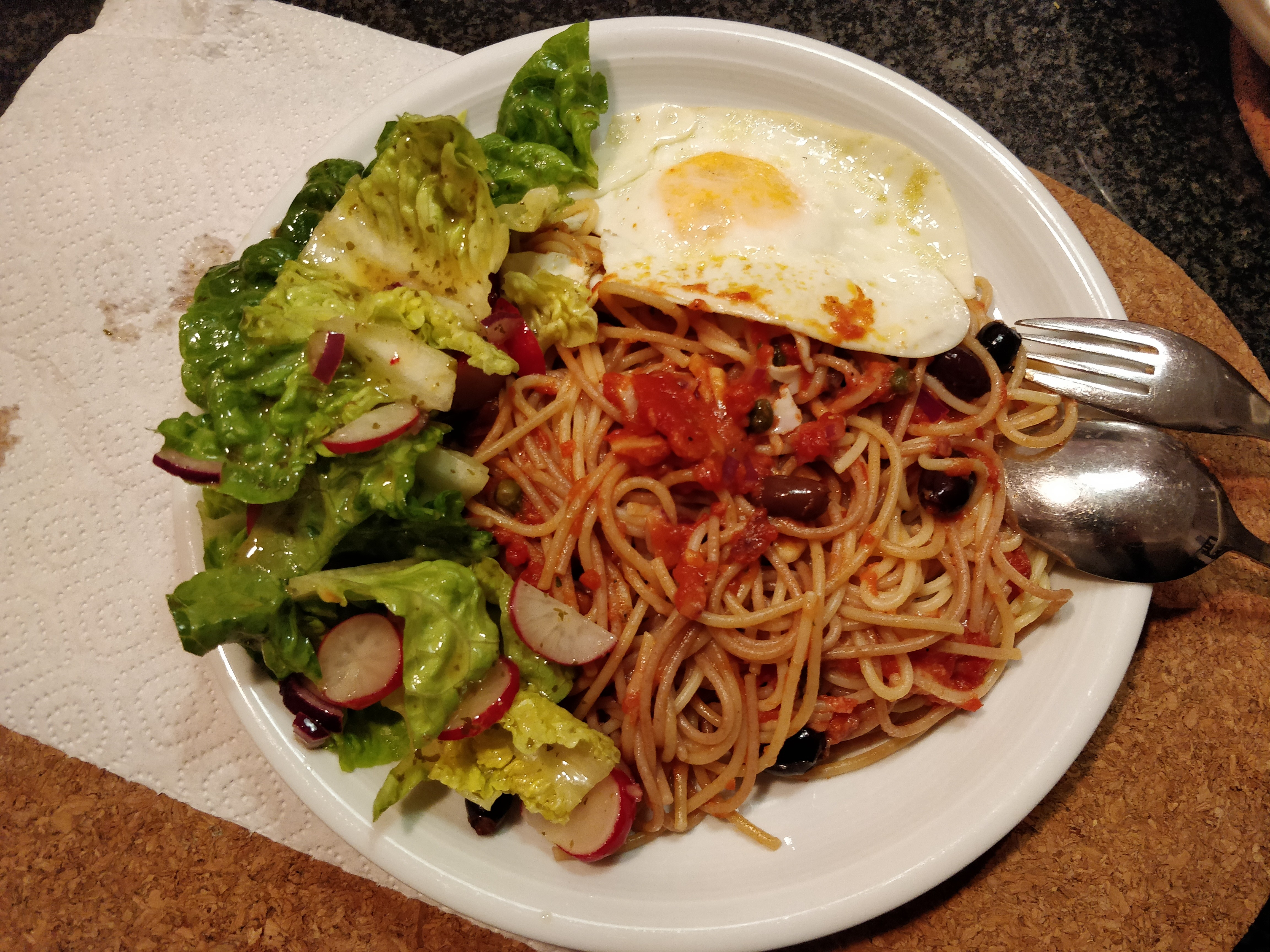https://foodloader.net/nico_2019-02-11_spaghetti-tomatensauce-spiegelei-salat.jpg
