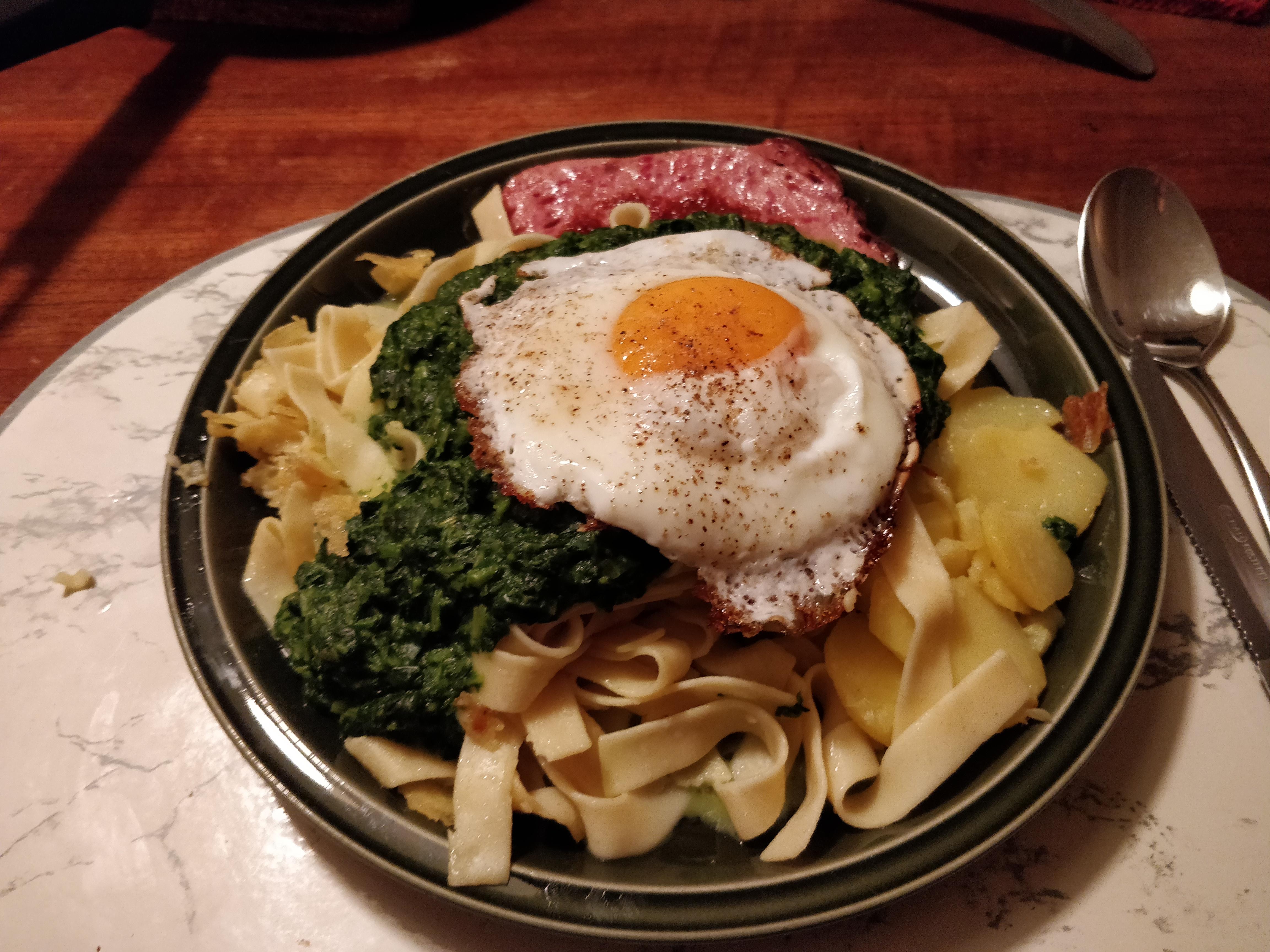 https://foodloader.net/nico_2019-02-13_spinat-fleischkaese-nudeln-bratkartoffeln-spiegelei.jpg