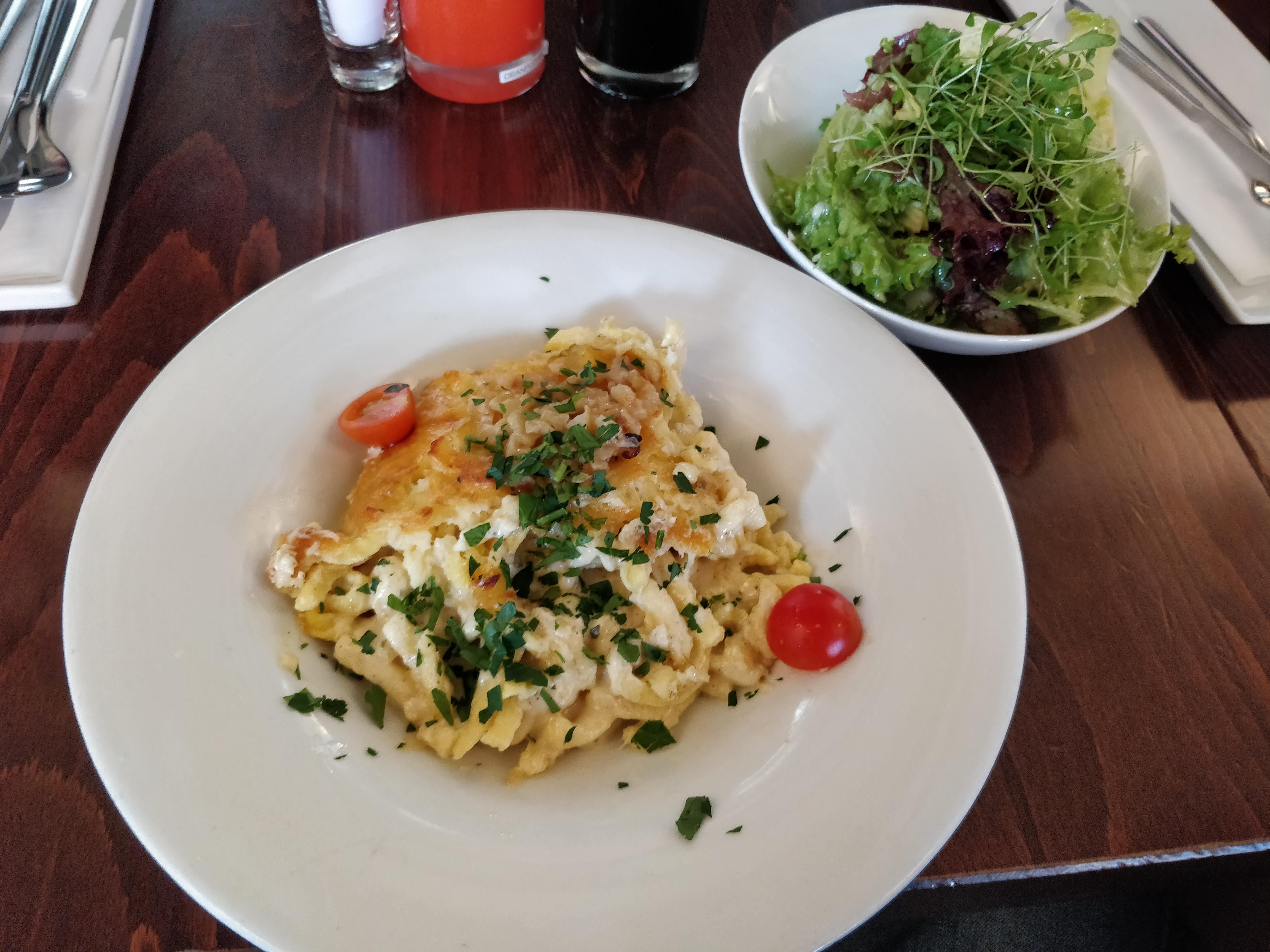 https://foodloader.net/nico_2019-02-19_kaesespaetzle-und-salat.jpg