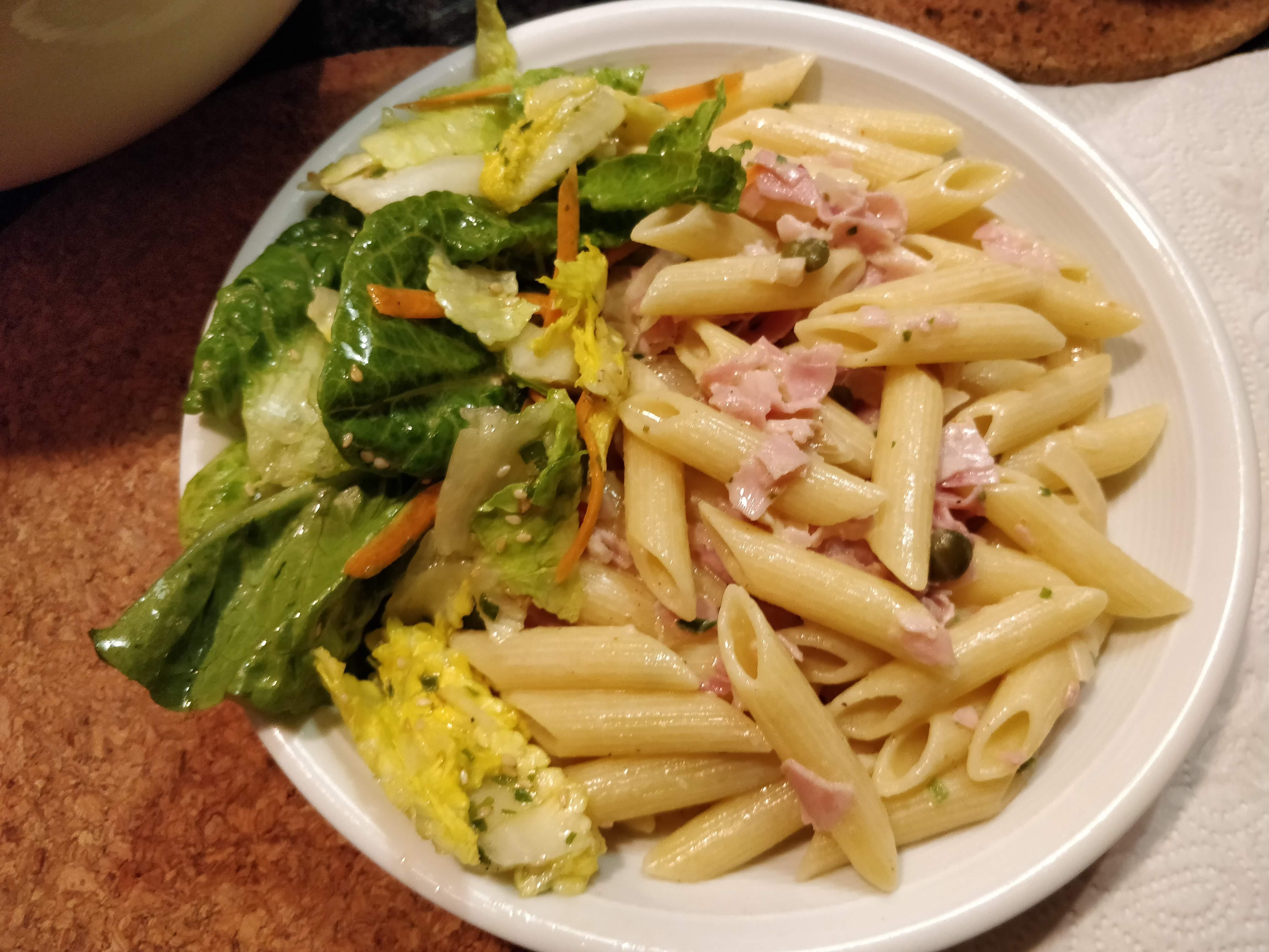 https://foodloader.net/nico_2019-02-25_penne-schinken-sahne-sauce-und-salat.jpg