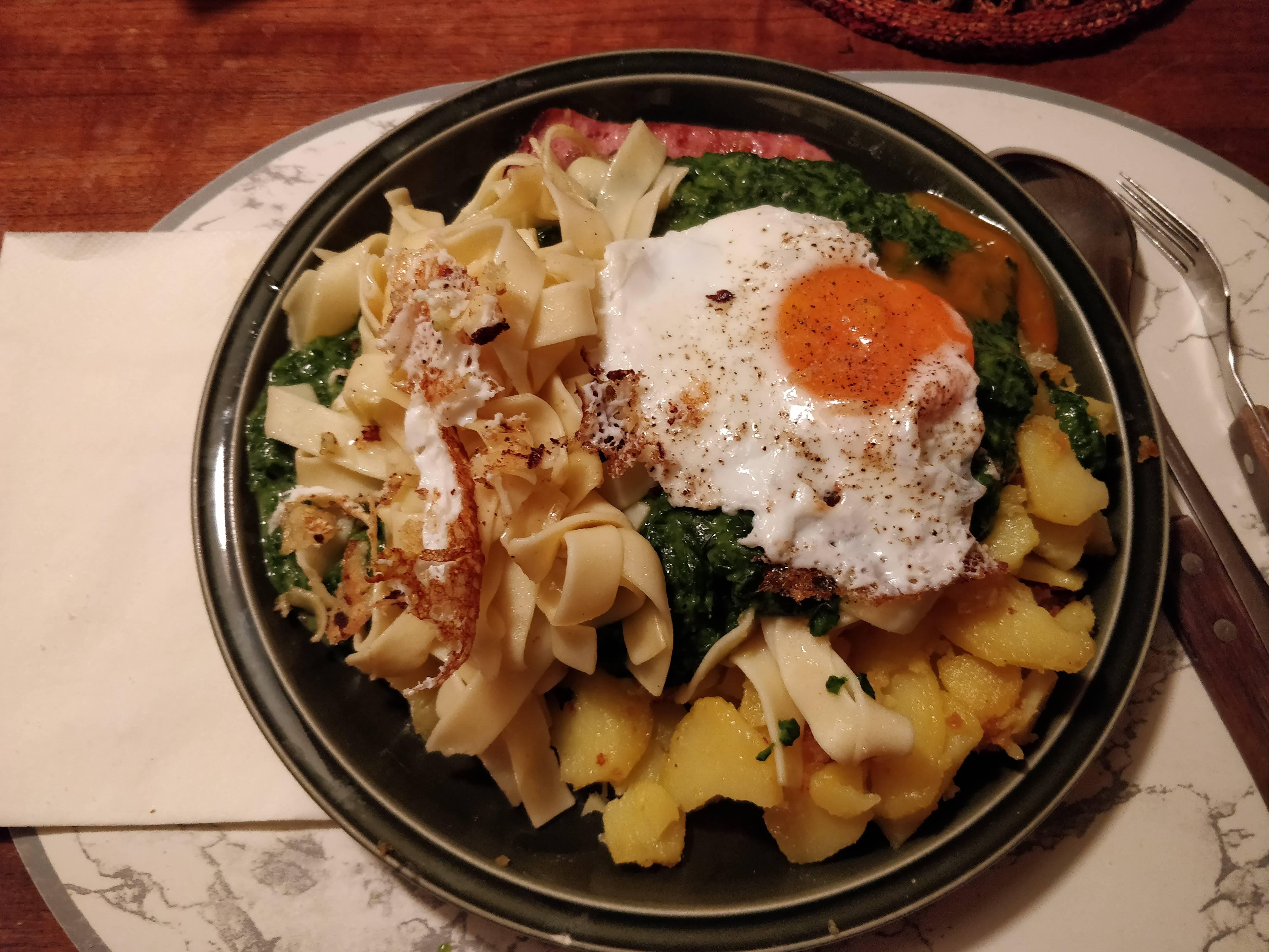 https://foodloader.net/nico_2019-02-27_spinat-fleischkaese-nudeln-bratkartoffeln-spiegelei.jpg