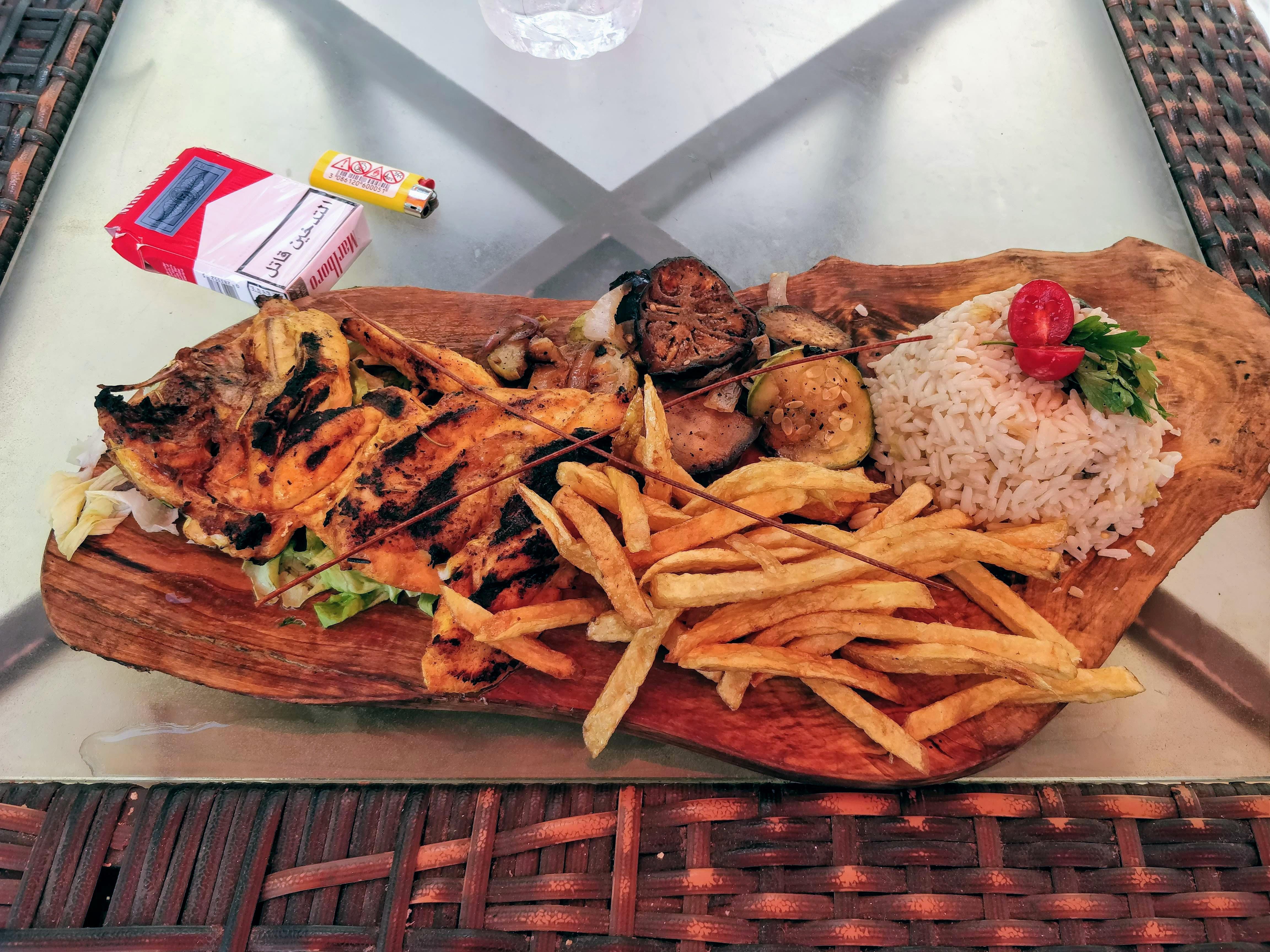 https://foodloader.net/nico_2019-07-14_grilled-chicken-pommes-reis-gemuese.jpg