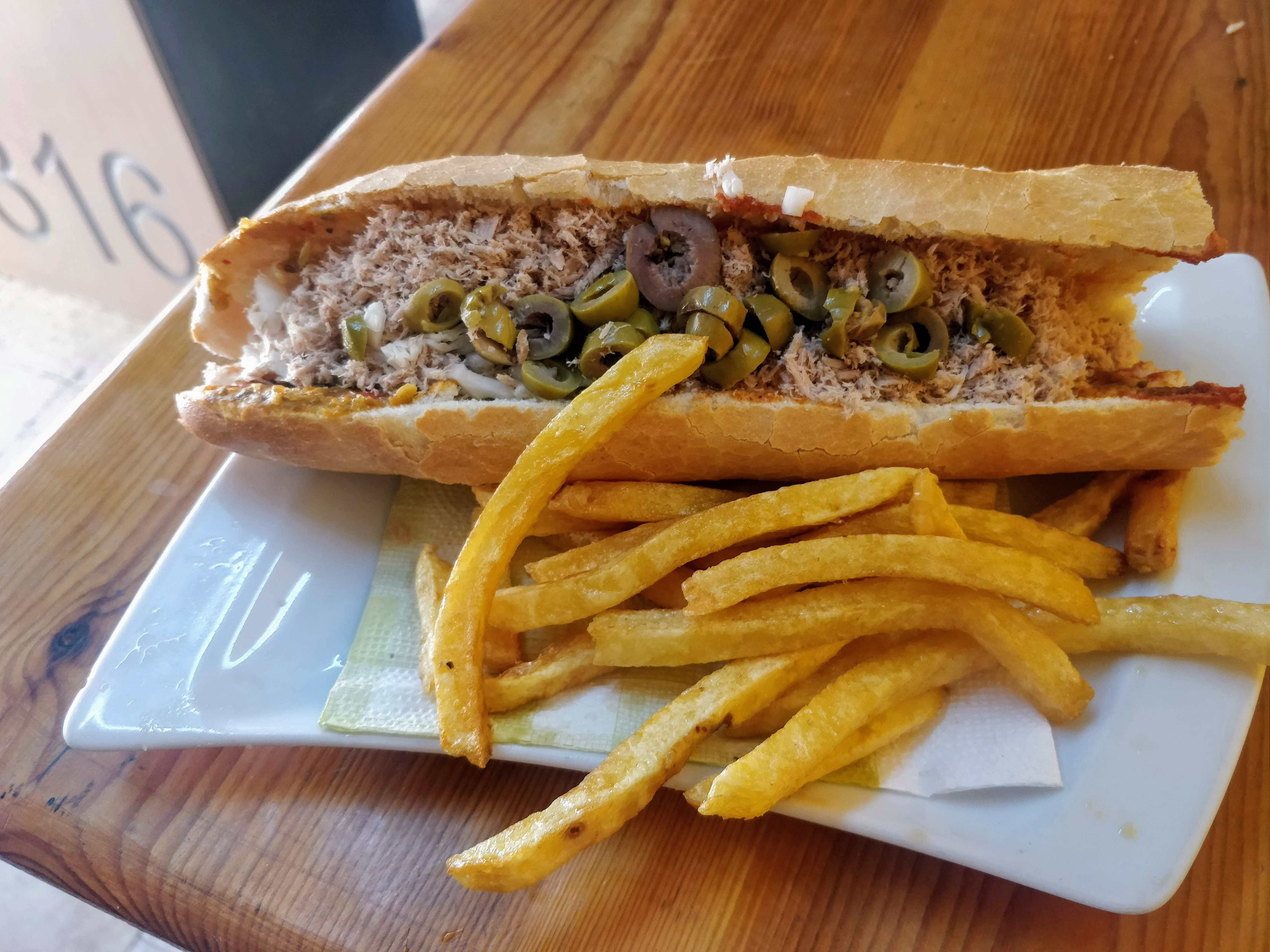 https://foodloader.net/nico_2019-07-17_thunfischsandwich-pommes.jpg