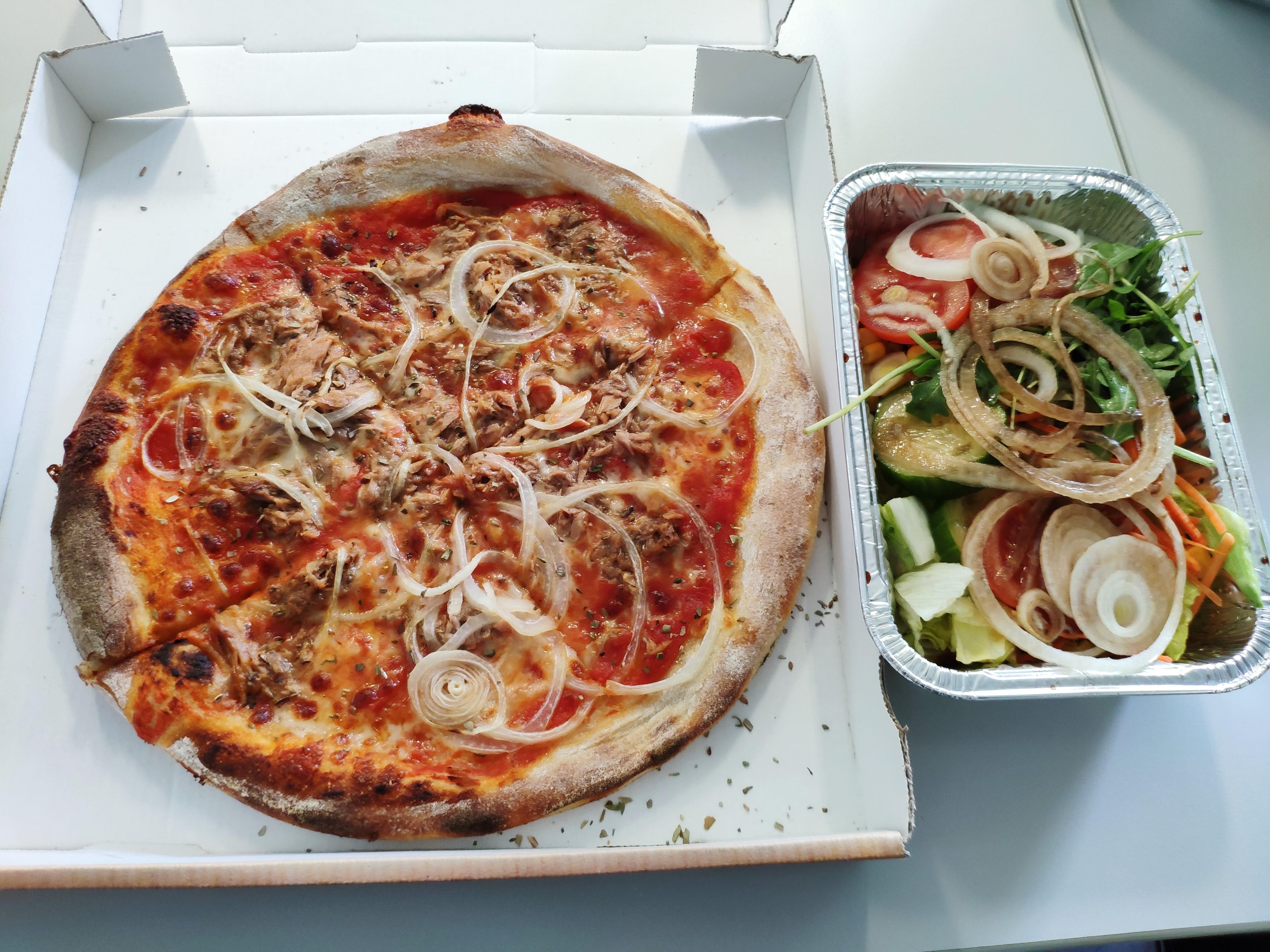 https://foodloader.net/nico_2020-04-30_pizza-und-salat.jpg
