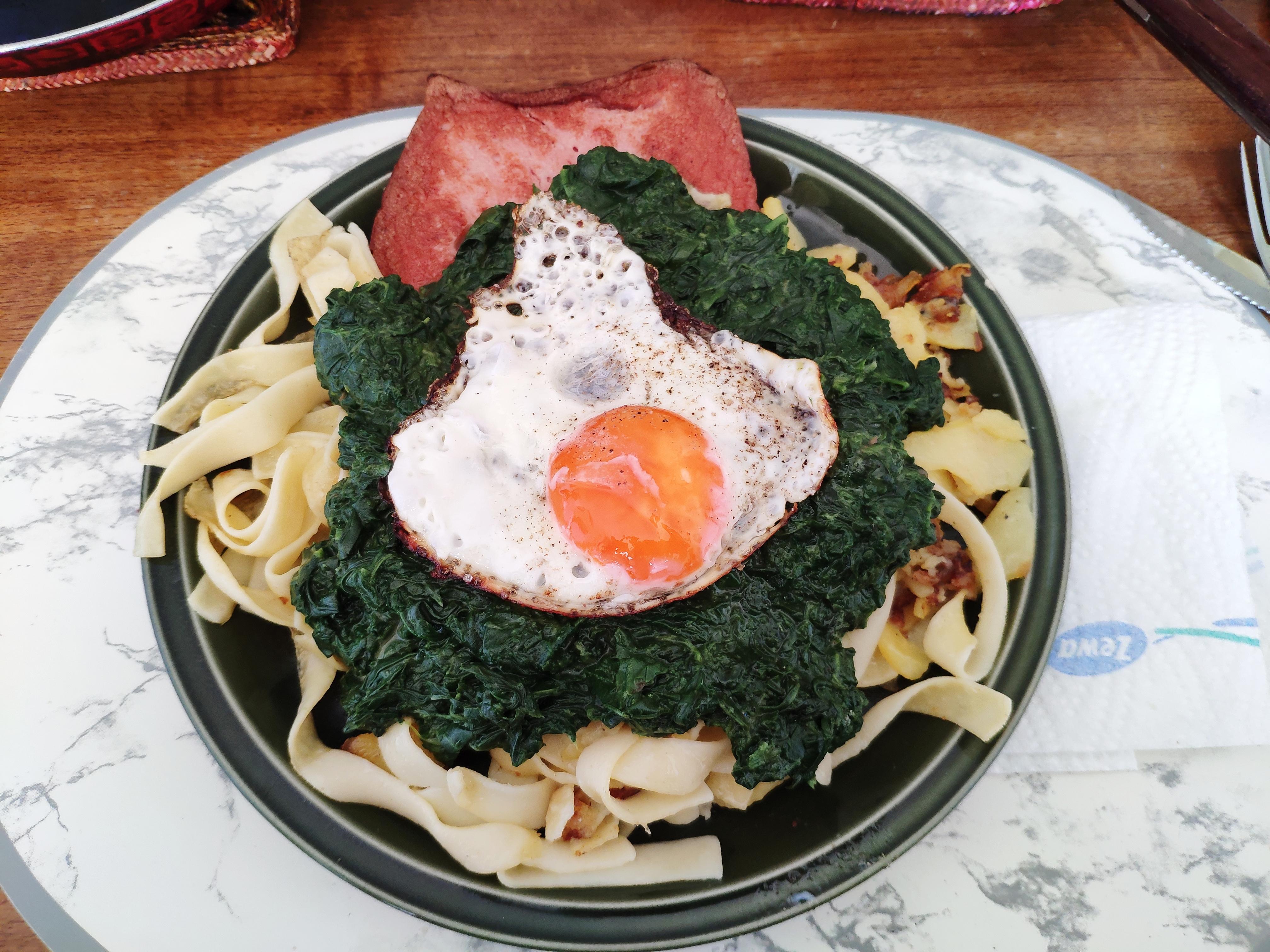 https://foodloader.net/nico_2020-05-06_spinat-fleischkaese-nudeln-bratkartoffeln-spiegelei.jpg