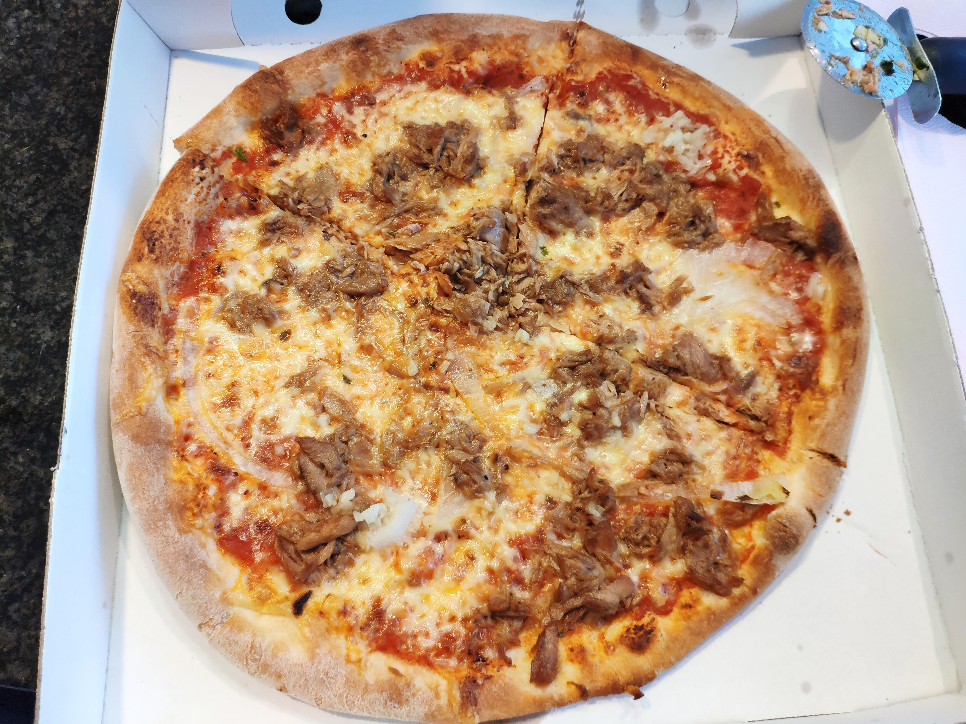 https://foodloader.net/nico_2020-05-16_pizza-thunfisch-zwiebeln.jpg