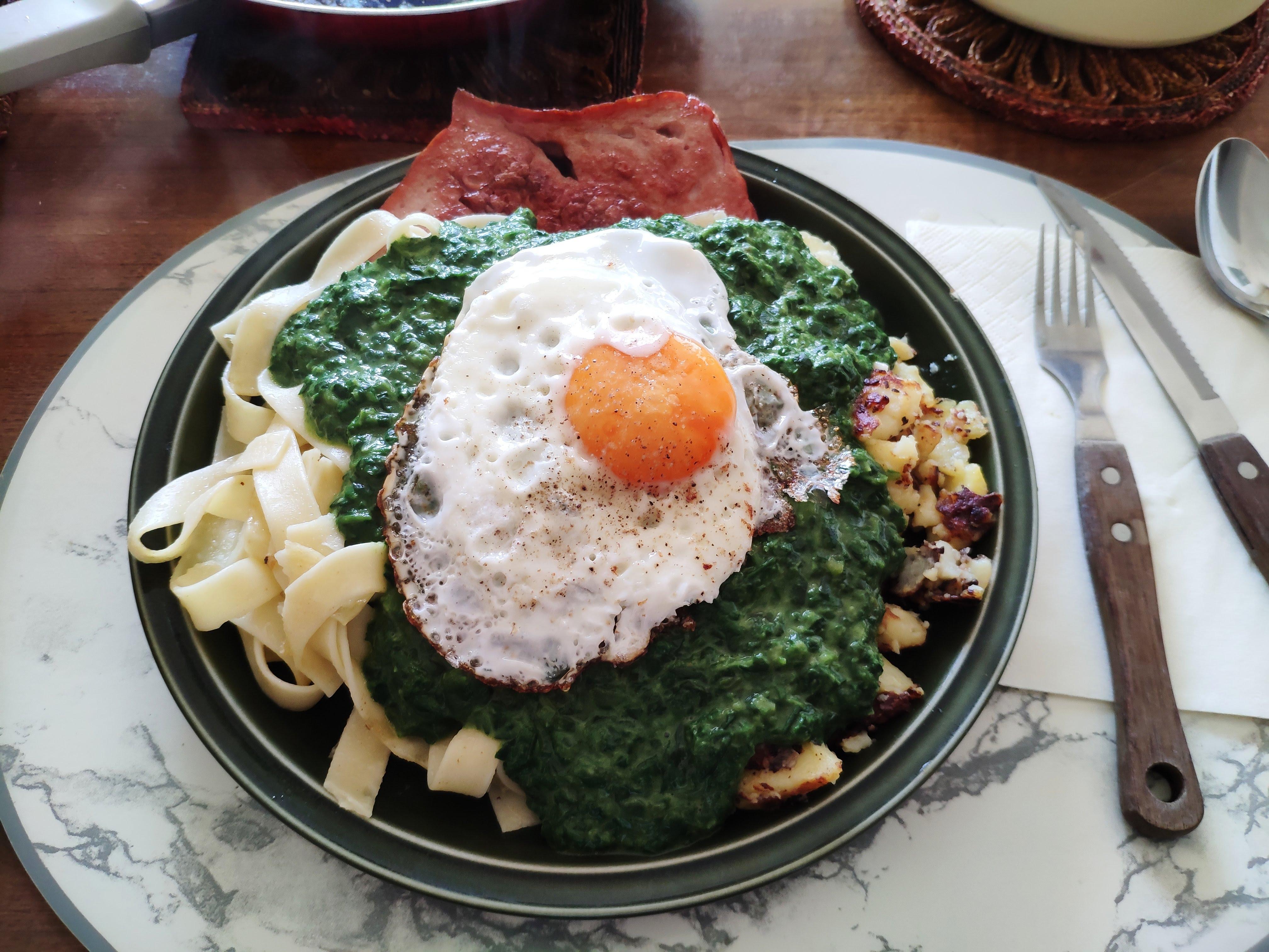 https://foodloader.net/nico_2020-06-03_fleischkaese-nudeln-bratkartoffeln-spinat-spiegelei.jpg