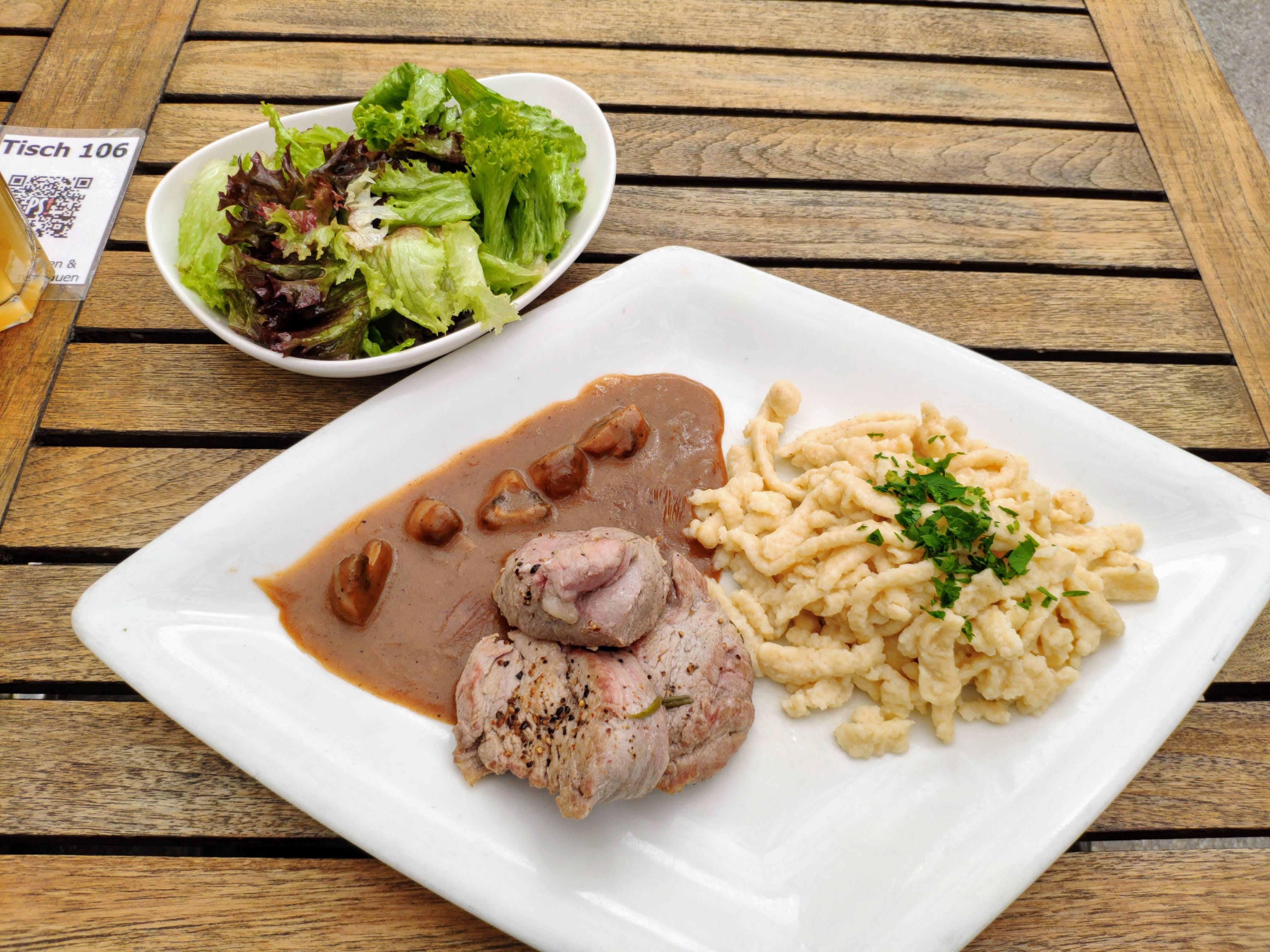 https://foodloader.net/nico_2020-06-30_schweinelendchen-mit-spaetzle-und-salat.jpg