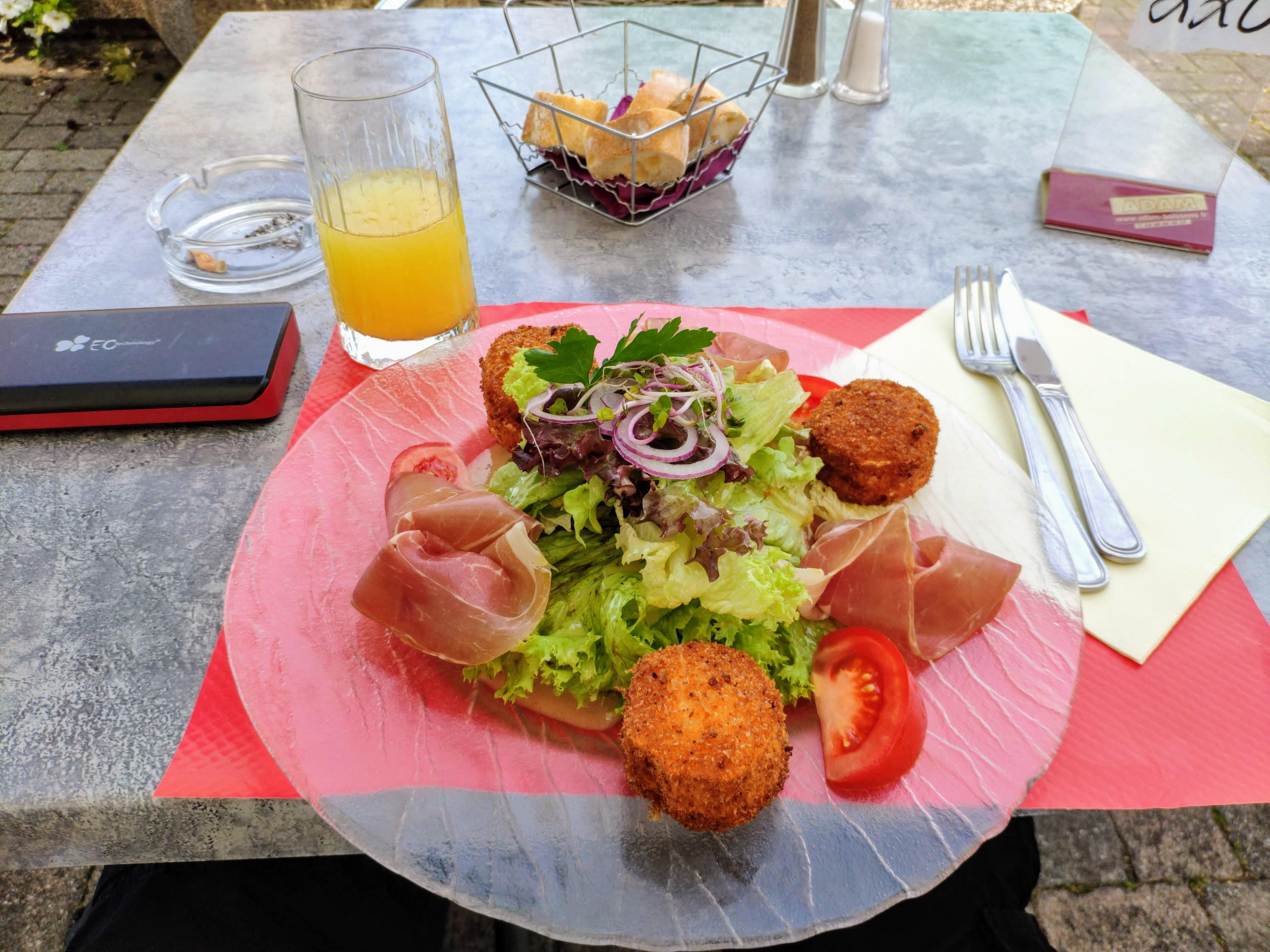 https://foodloader.net/nico_2020-07-18_salat-mit-ziegenkaese-und-schinken.jpg