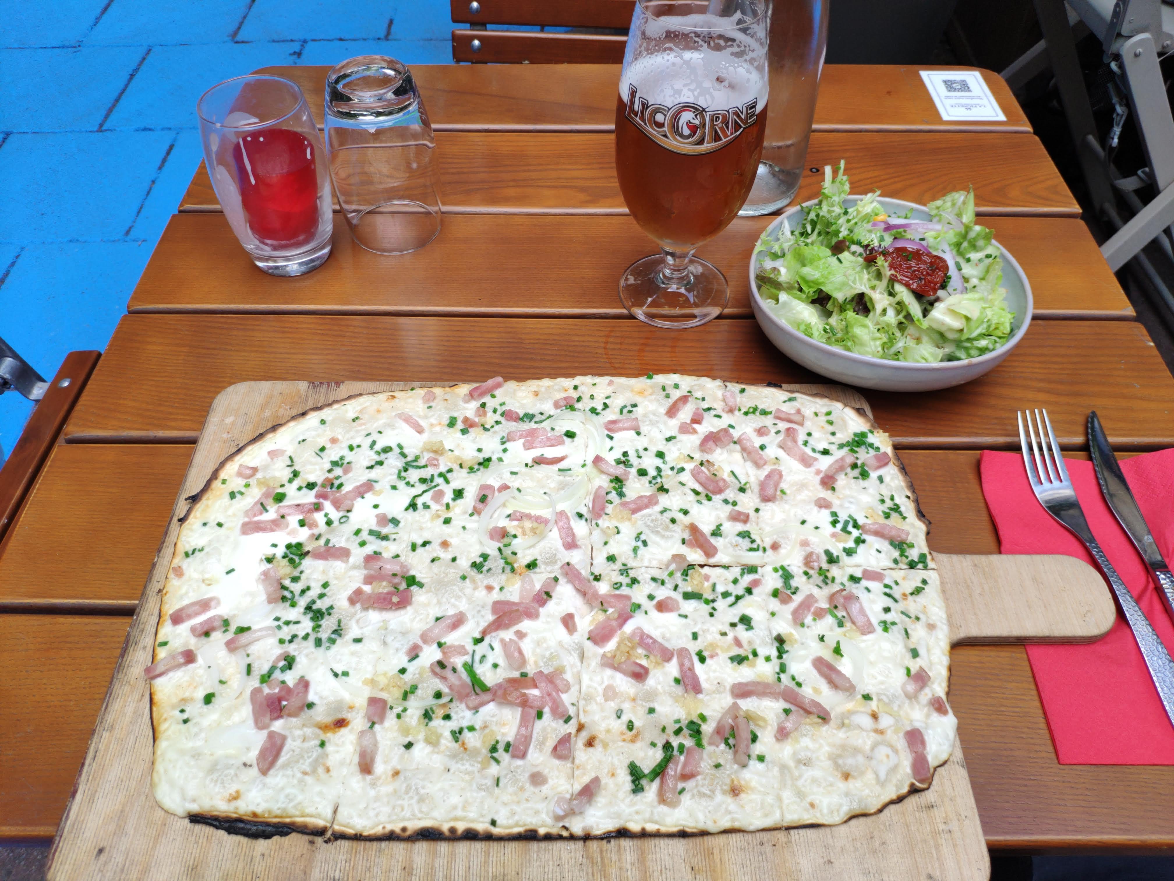 https://foodloader.net/nico_2020-07-20_flammkuchen-mit-schnittlauch-und-knoblauch-und-salat.jpg