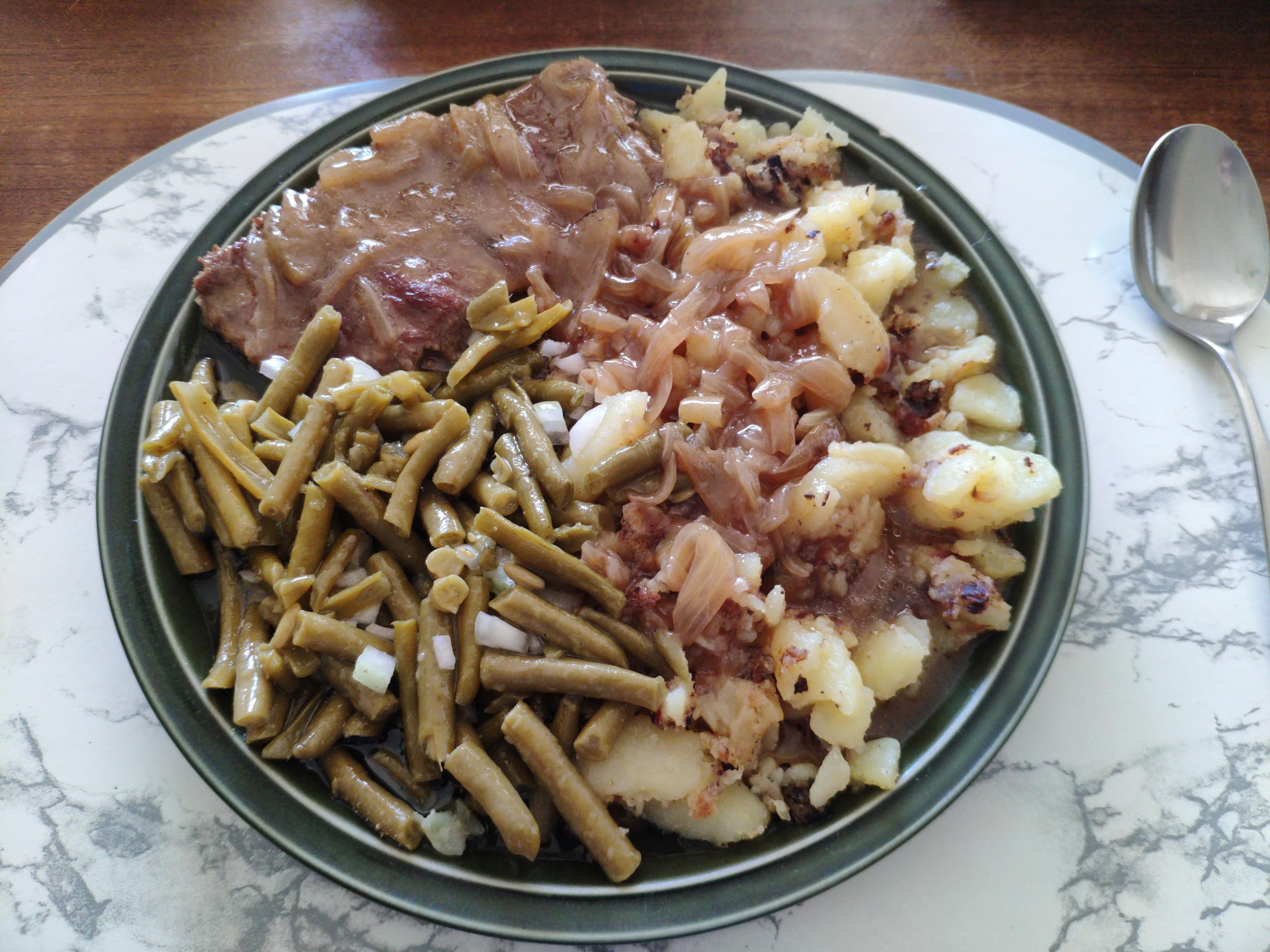 https://foodloader.net/nico_2020-07-29_zwiebelrostbraten-mit-bratkartoffeln-und-bohnensalat.jpg