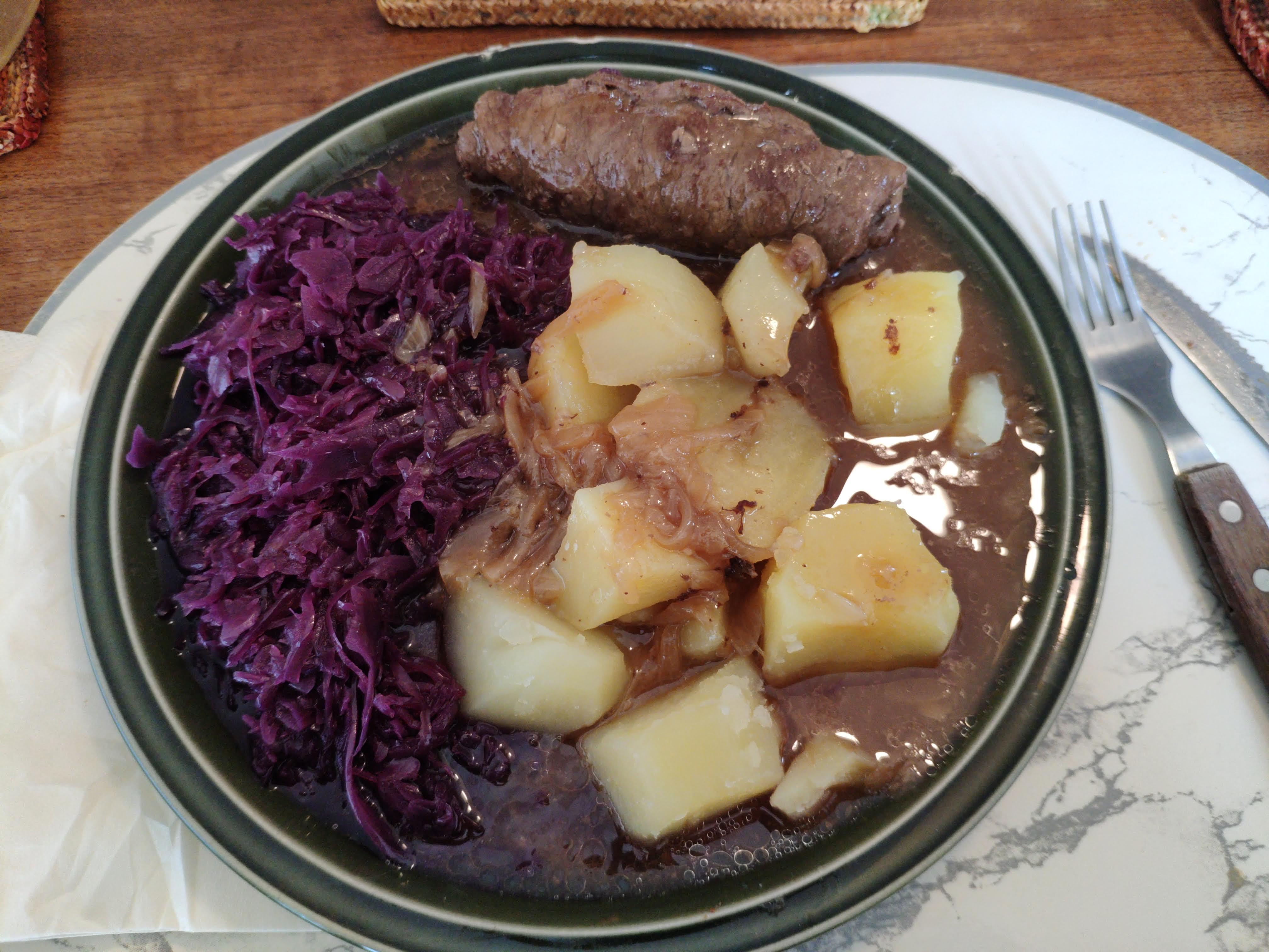https://foodloader.net/nico_2020-09-02_roulade-rotkraut-kartoffeln.jpg