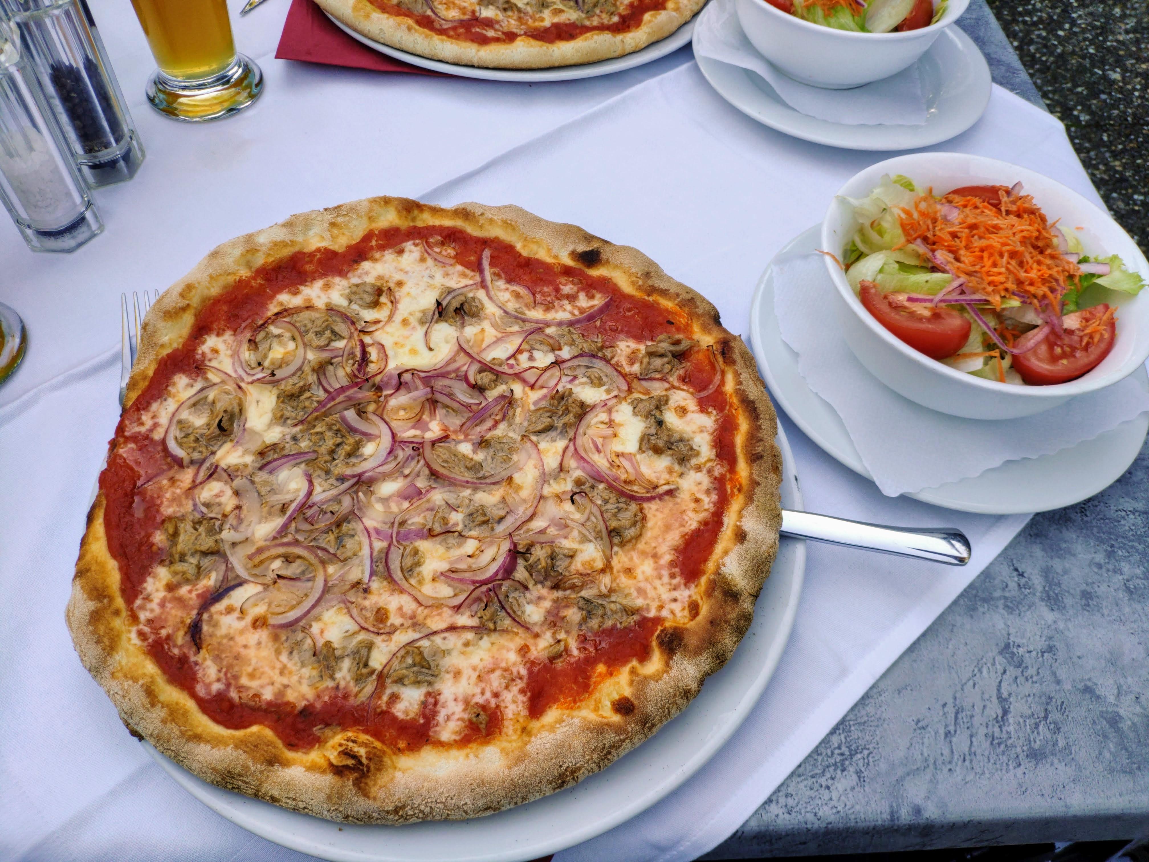 https://foodloader.net/nico_2020-09-08_pizza-thunfisch-zwiebeln-und-salat.jpg