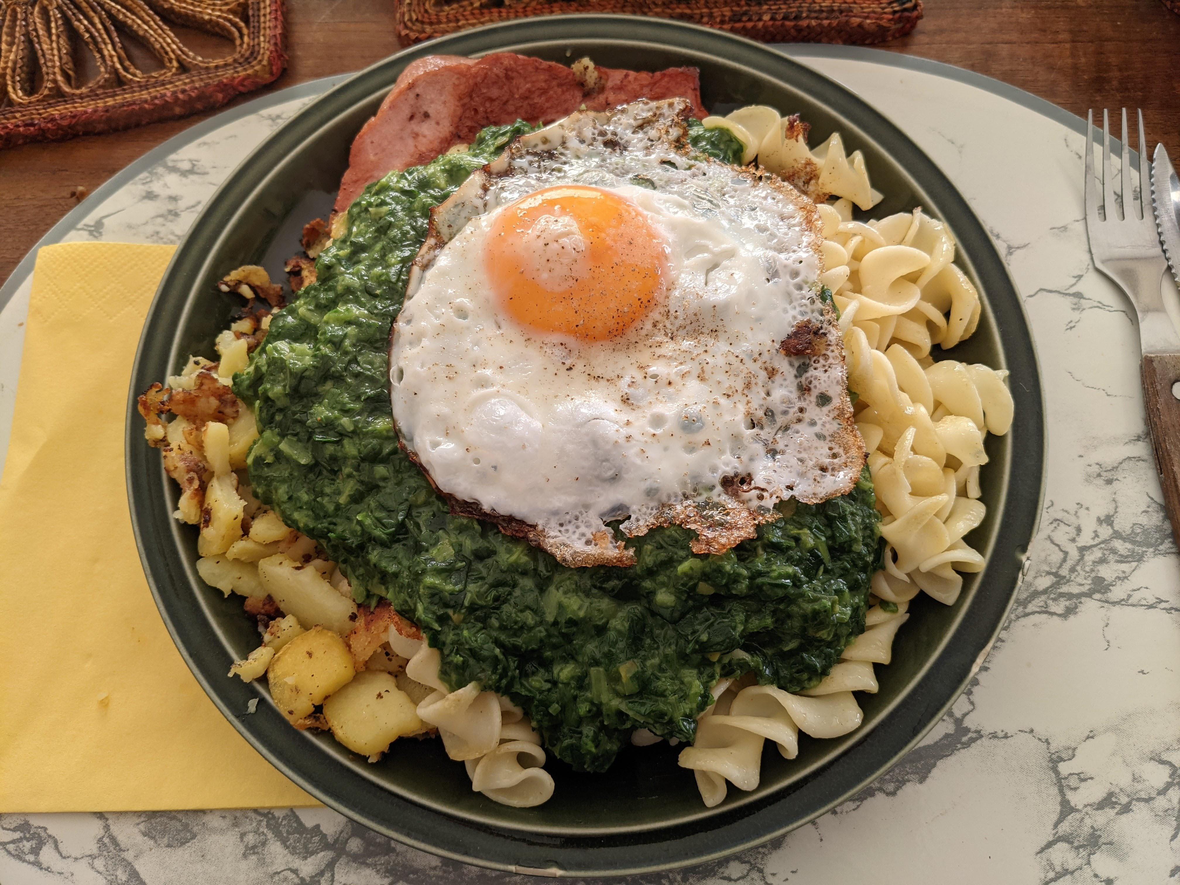https://foodloader.net/nico_2020-11-25_spinat-fleischkaese-nudeln-bratkartoffeln-spiegelei.jpg