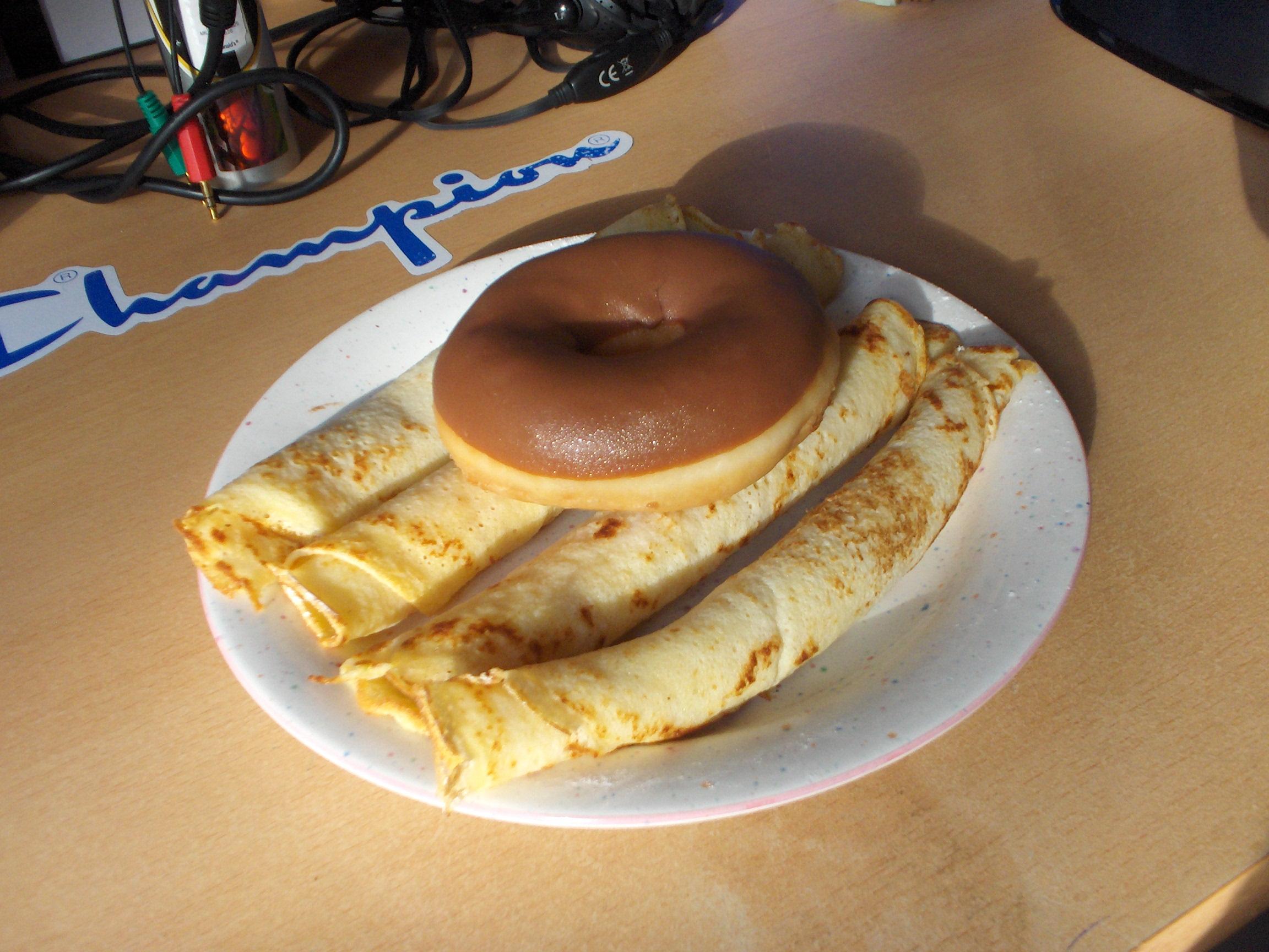 https://foodloader.net/s3Rax_2008-01-27_Pfannkuchen_mit_Donut.jpg