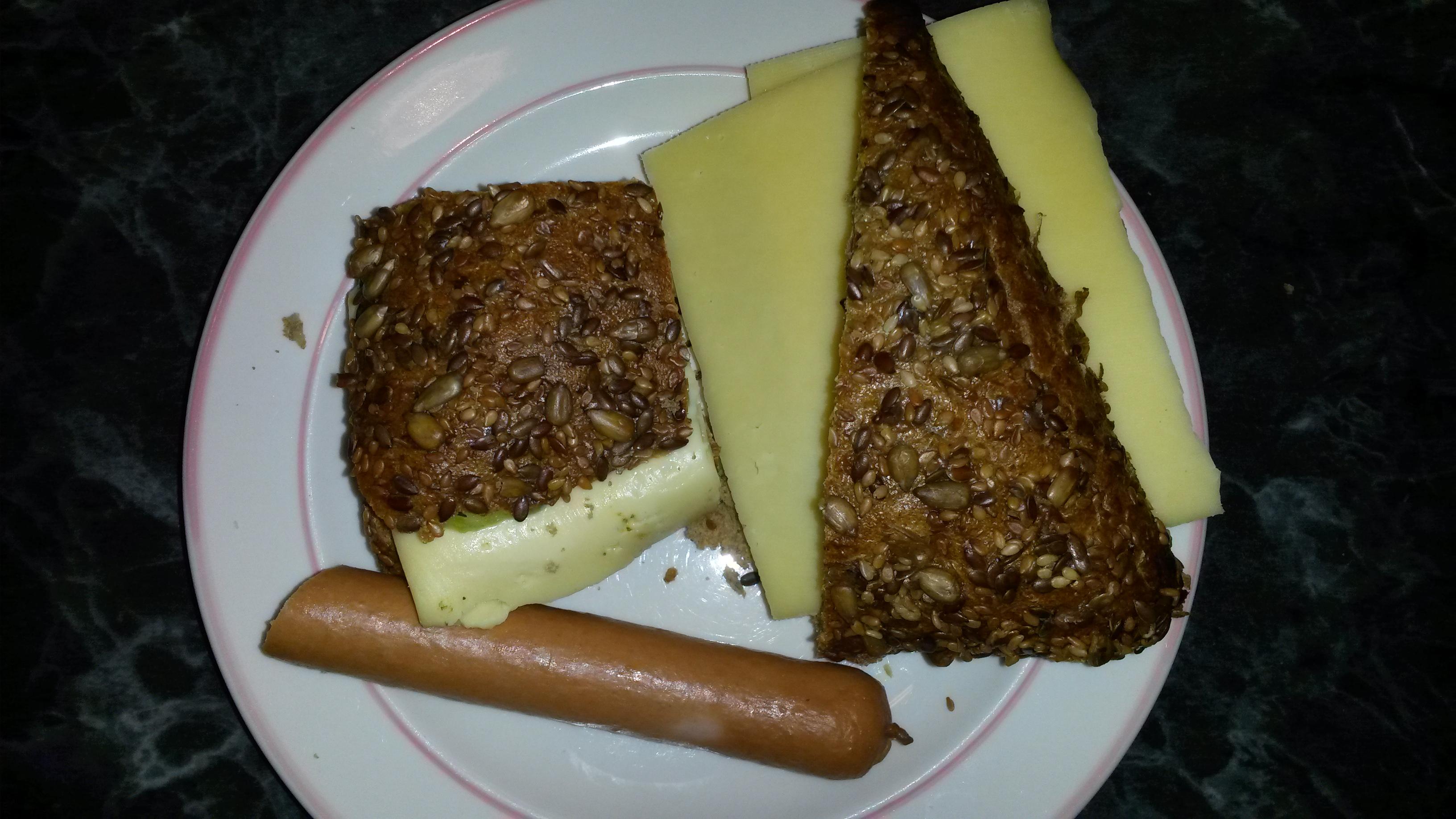 http://foodloader.net/sk0r_2014-02-07_Kaesebroetchen_und_Truthahnwiener.jpg