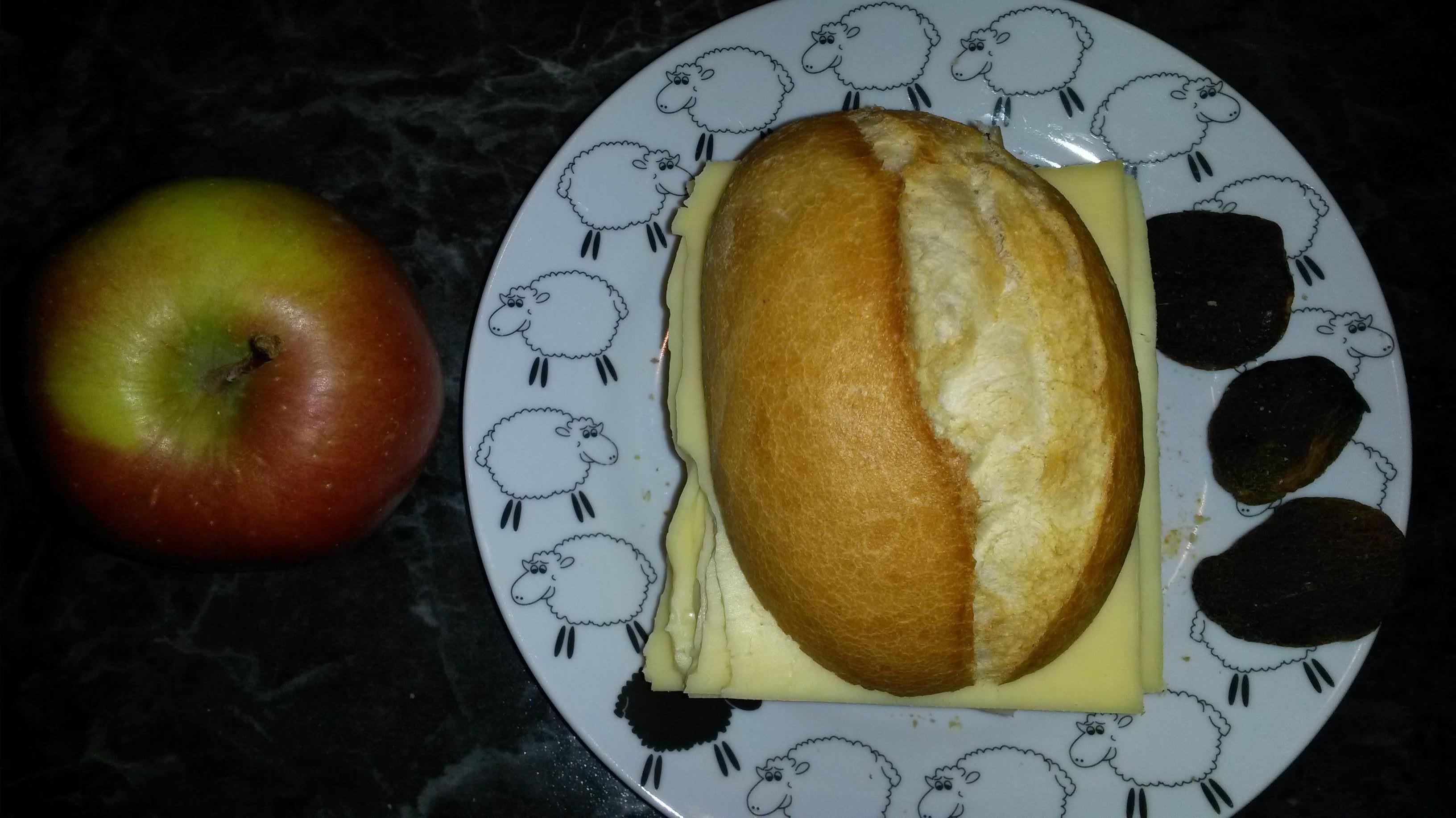 https://foodloader.net/sk0r_2014-02-21_Kaesebroetchen_und_Obst.jpg