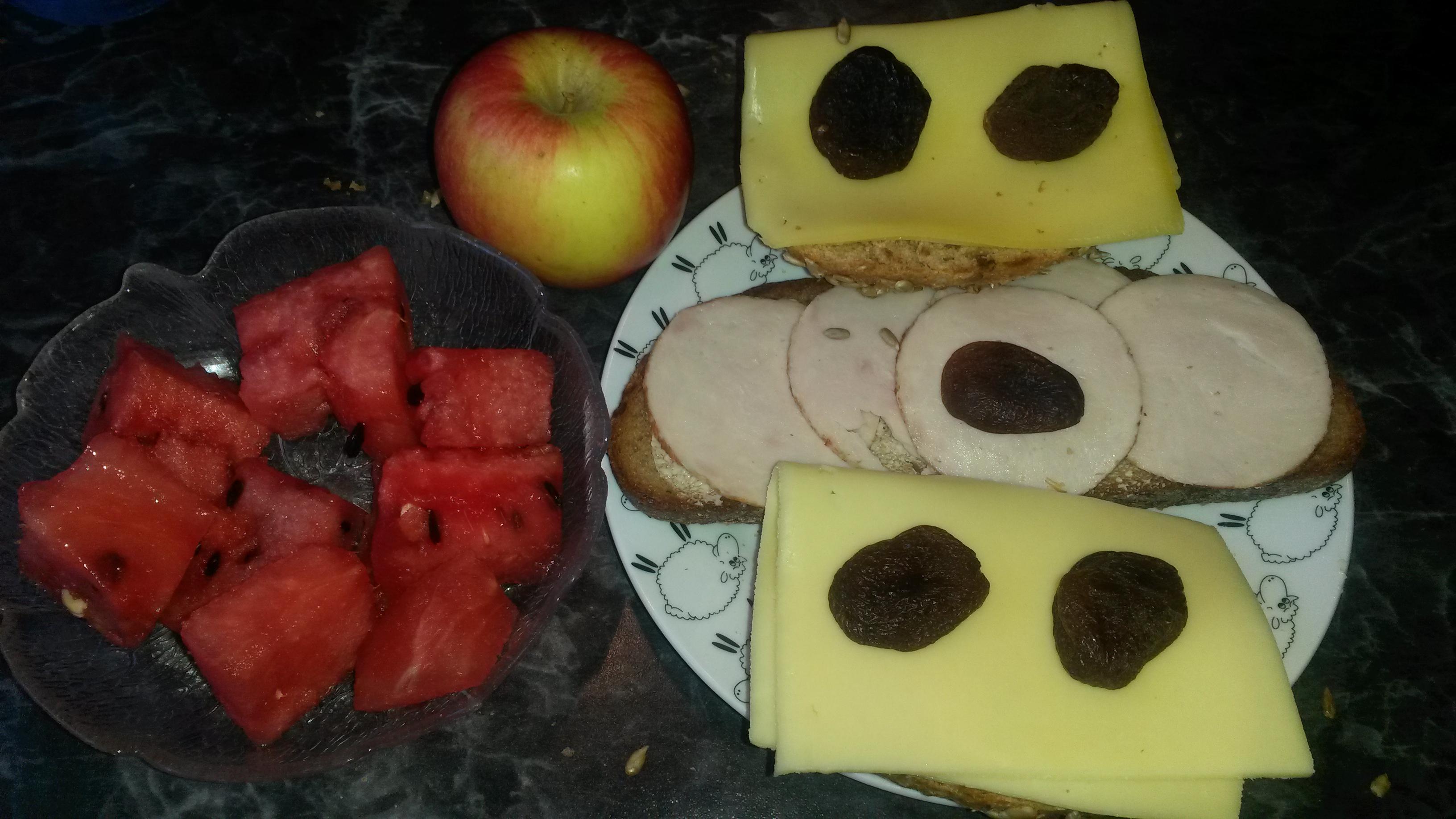 https://foodloader.net/sk0r_2014-06-08_Kaesebroetchen_Wurstbrot_Apfel_Wassermelone_Trockenobst.jpg