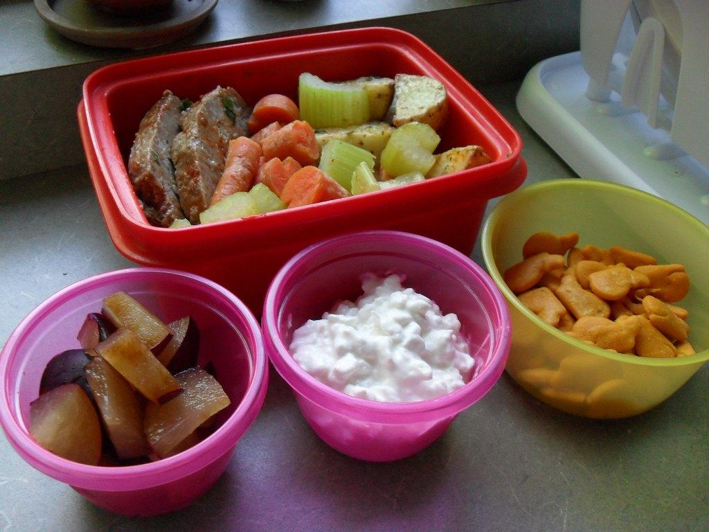 https://foodloader.net/sweetie_2013-09-08_meatloaf__carrots__celery__potatoes__plum__cottage_cheese__whale_crackers.jpg
