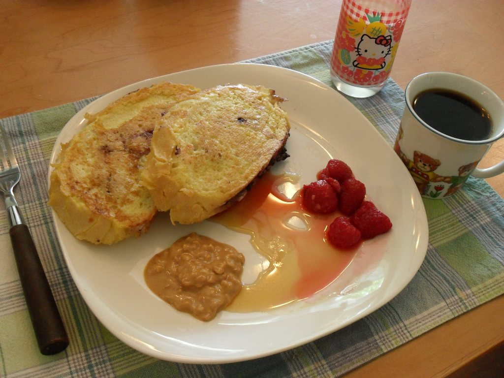 https://foodloader.net/sweetie_2013-09-08_stuffed_french_toast__peanut_butter__real_maple_syrup__berries__soy_milk.jpg