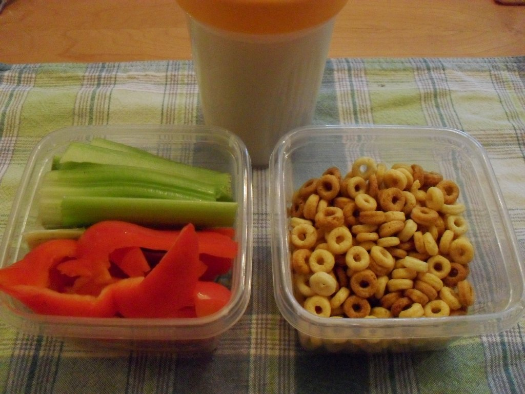 https://foodloader.net/sweetie_2013-09-15_soy_protein_shake__celery__red_bell_pepper__peanut_butter_cheerios.jpg