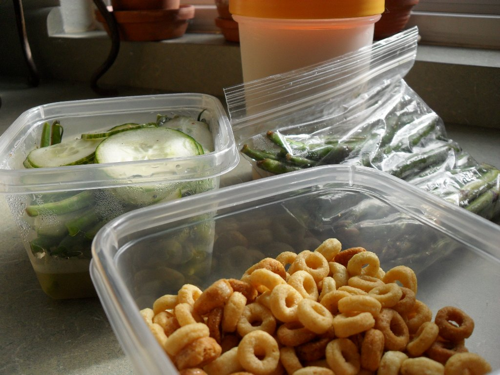 http://foodloader.net/sweetie_2013-09-16_cucumbers__green_beans__soy_protein_shake__peanut_butter_cheerios.jpg