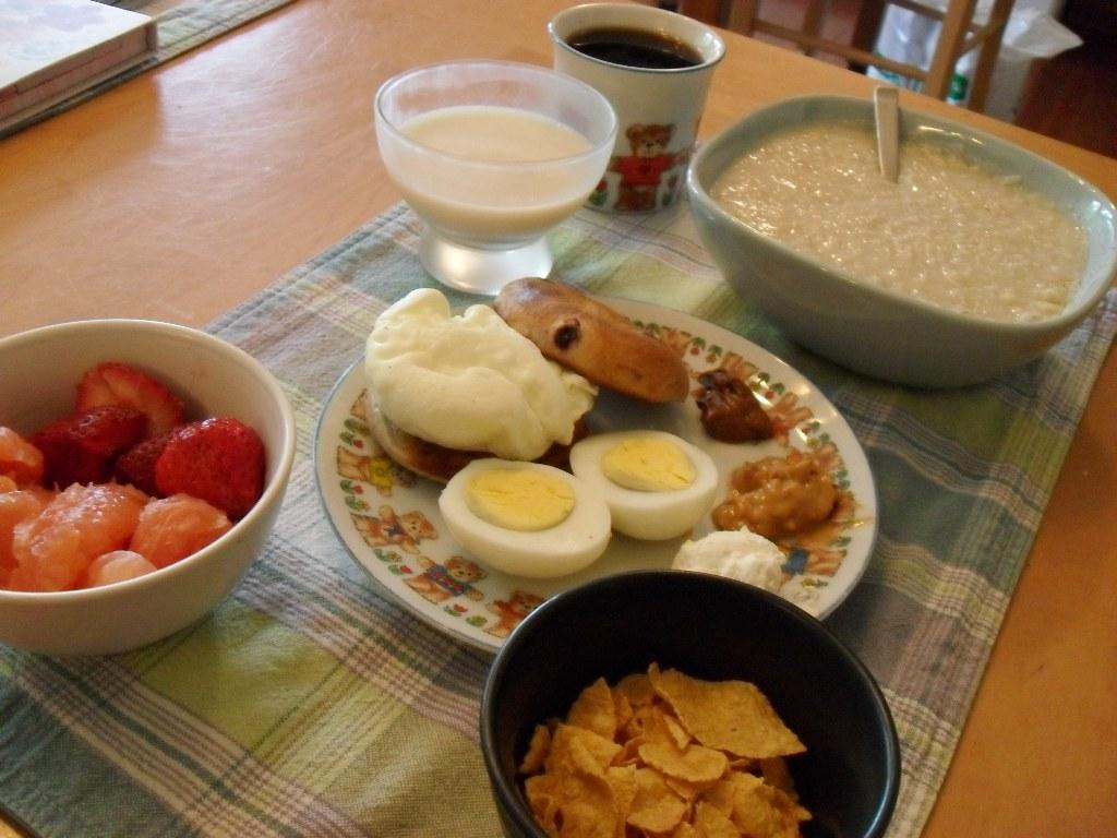 https://foodloader.net/sweetie_2013-09-19_fruit__soymilk__coffee__eggs__bagel__nutella__pb__cream_cheese__corn_flakes.jpg