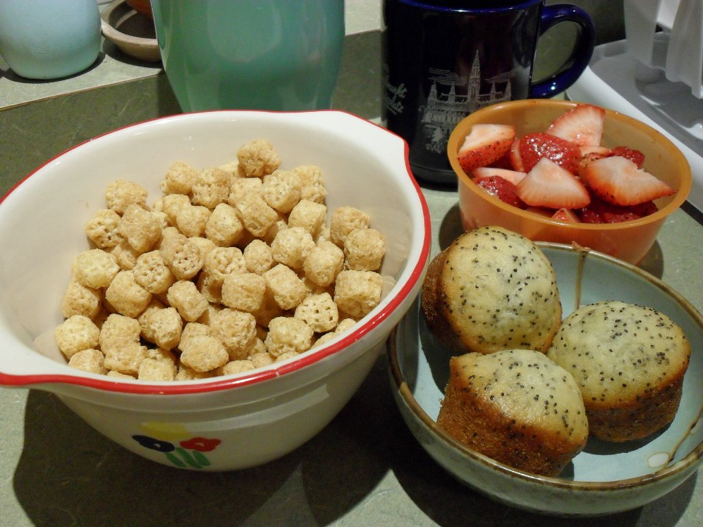 https://foodloader.net/sweetie_2013-09-20_coffee__waffle_crisp_cereal__strawberries__almond_poppyseed_muffins.jpg