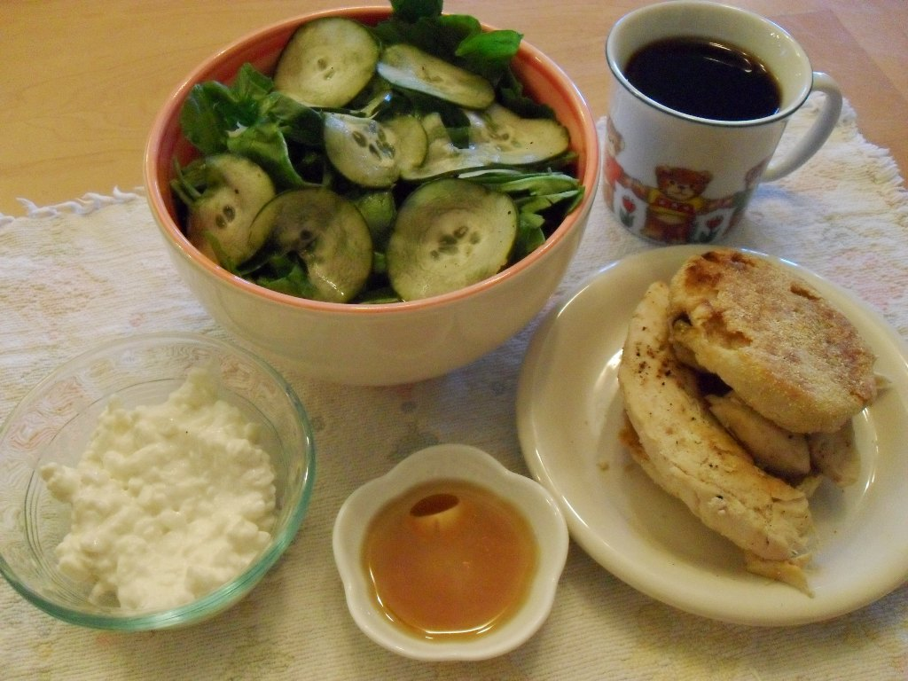 https://foodloader.net/sweetie_2013-09-24_salad__coffee__cottage_cheese__maple_syrup__chicken__english_muffin.jpg