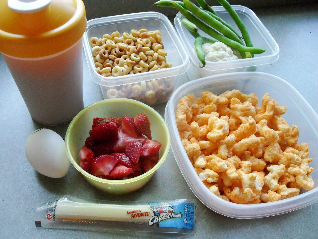 https://foodloader.net/sweetie_2013-09-26_protein_shake__cheerios__veggies__egg__berries__string_cheese__cheese_puffs.jpg