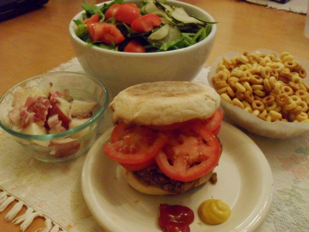 https://foodloader.net/sweetie_2013-09-27_potato_salad__spinach_salad__hamburger__english_muffin__tomatoes__cheerios.jpg