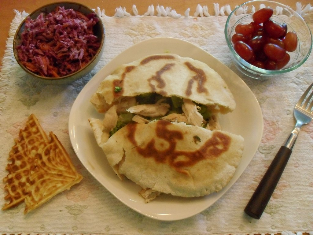 https://foodloader.net/sweetie_2013-09-28_coleslaw__pita_bread__chicken__broccoli__grapes__pizzelle_cookies.jpg