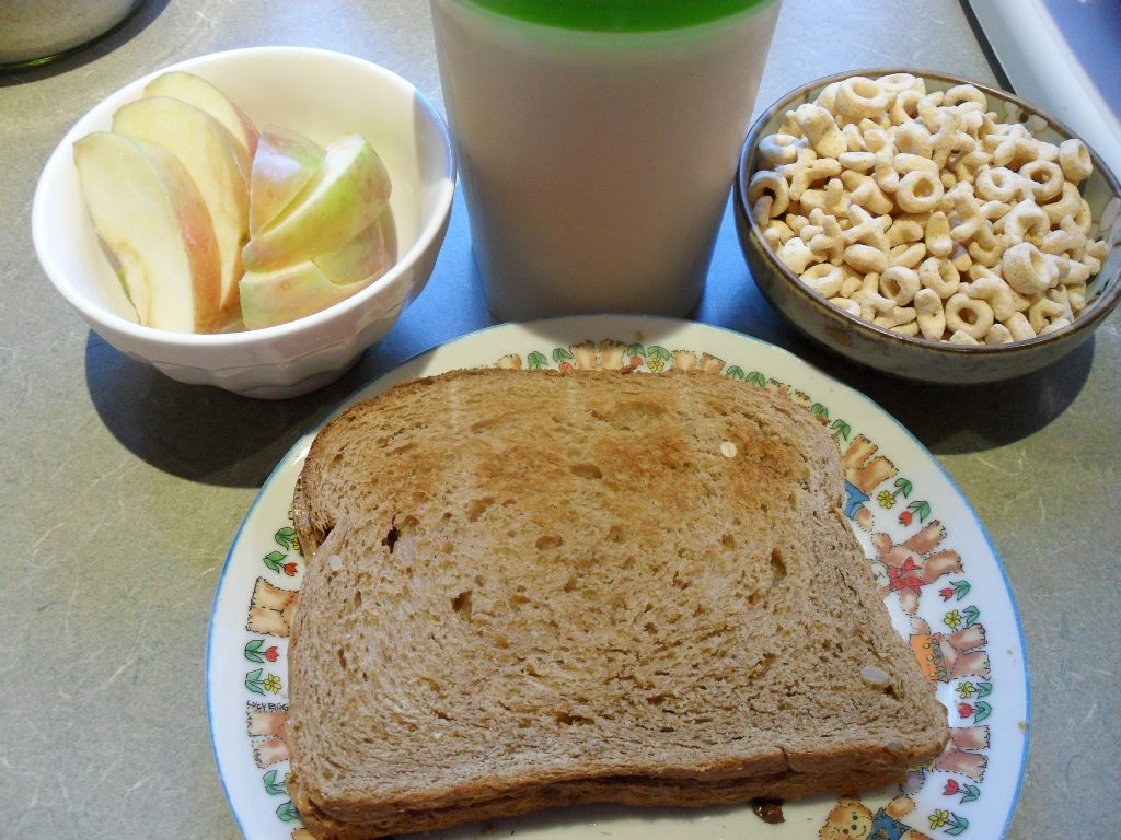 https://foodloader.net/sweetie_2013-09-30_apple__protein_shake__cereal__peanut_butter_and_nutella_on_wheat_bread.jpg