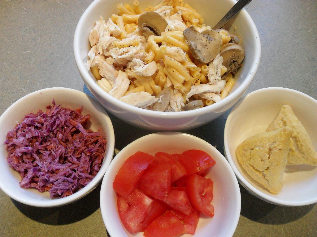 https://foodloader.net/sweetie_2013-09-30_kraft_mac_and_cheese__mushrooms__chicken__coleslaw__tomato__pumpkin_scones.jpg