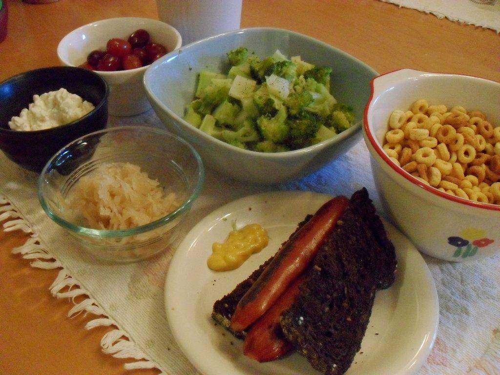 http://foodloader.net/sweetie_2013-10-01_grapes__shake__broccoli__pb_cheerios__cottage_cheese__sauerkraut__hotdog.jpg