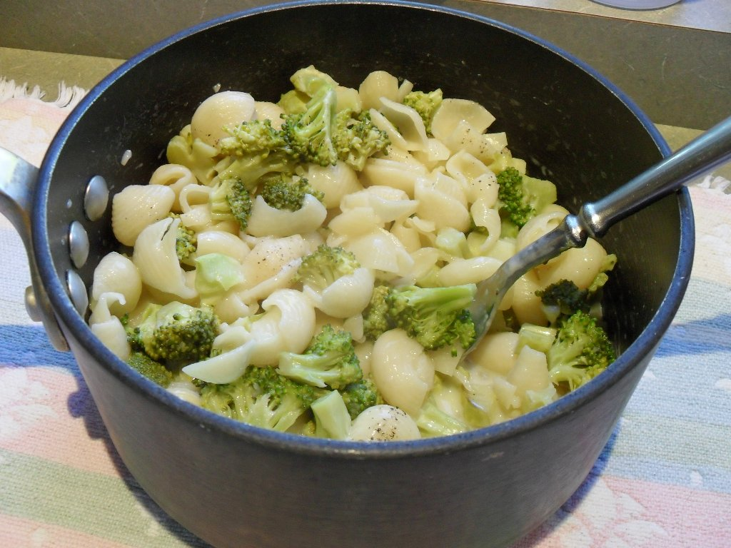 https://foodloader.net/sweetie_2013-10-08_macaroni_shells_and_white_cheddar_cheese__broccoli.jpg