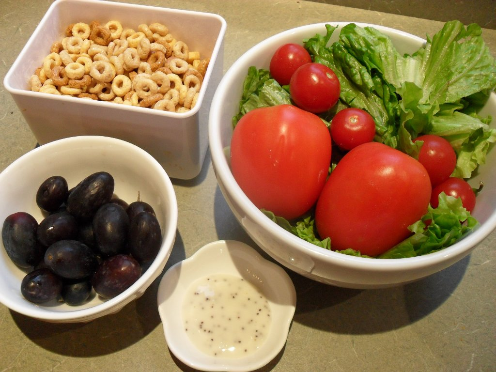 https://foodloader.net/sweetie_2013-10-10_multigrain_cheerios__tomatoes__lettuce__grapes__poppyseed_dressing.jpg