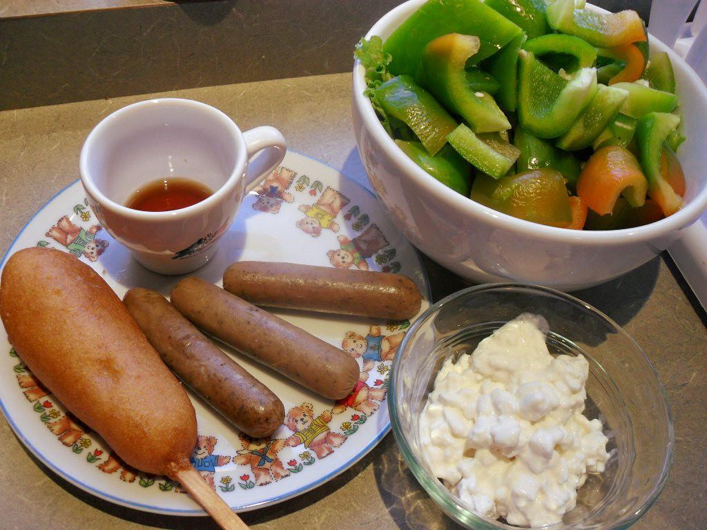 https://foodloader.net/sweetie_2013-10-19_maple_syrup__corn_dog__sausage__bell_pepper__salad__cottage_cheese.jpg
