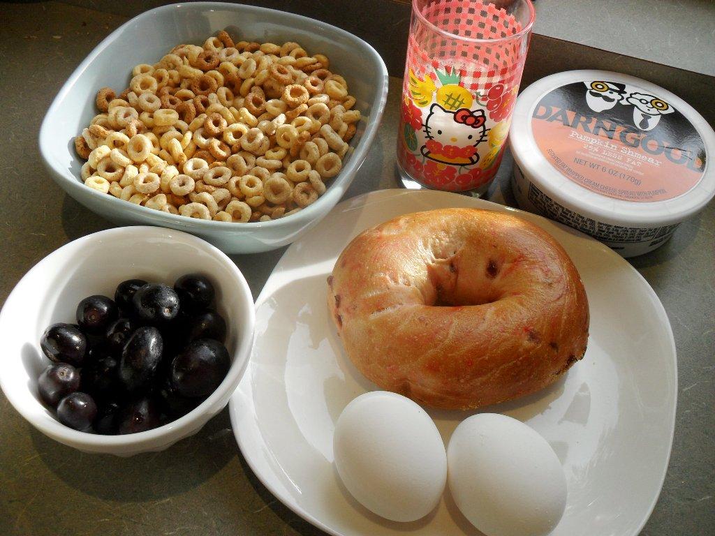 http://foodloader.net/sweetie_2013-10-20_cheerios__goat_milk__pumpkin_cream_cheese__grapes__cranberry_bagel__eggs.jpg