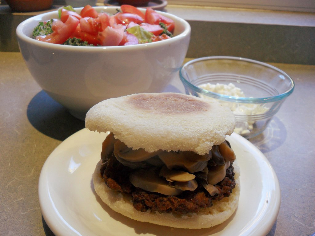https://foodloader.net/sweetie_2013-10-21_tomato__kale__cottage_cheese__bison_burger_with_mushrooms__english_muffin.jpg
