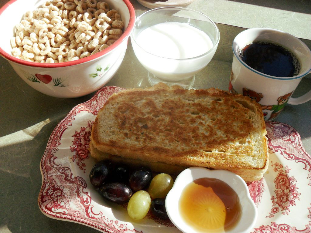 https://foodloader.net/sweetie_2013-10-26_cheerios__goat_milk__coffee__peach_stuffed_french_toast__grapes__syrup.jpg