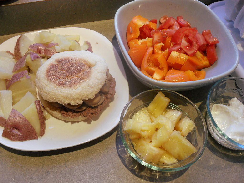 https://foodloader.net/sweetie_2013-10-27_potatoes__hamburger__mushrooms__bell_pepper__tomato__pineapple__sour_cream.jpg