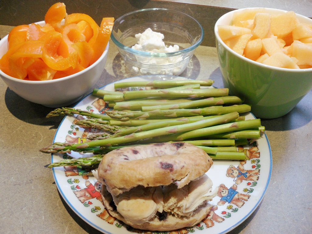 https://foodloader.net/sweetie_2013-10-28_bell_pepper__cottage_cheese__honeydew__asparagus__blueberry_bagel__chicken.jpg