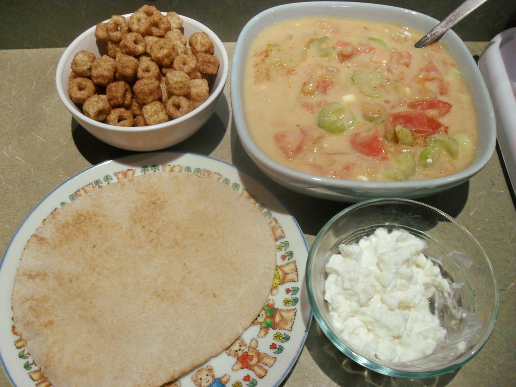 https://foodloader.net/sweetie_2013-10-28_churro_cereal__enchilada_soup__beans__tomato__celery__pita__cottage_cheese.jpg