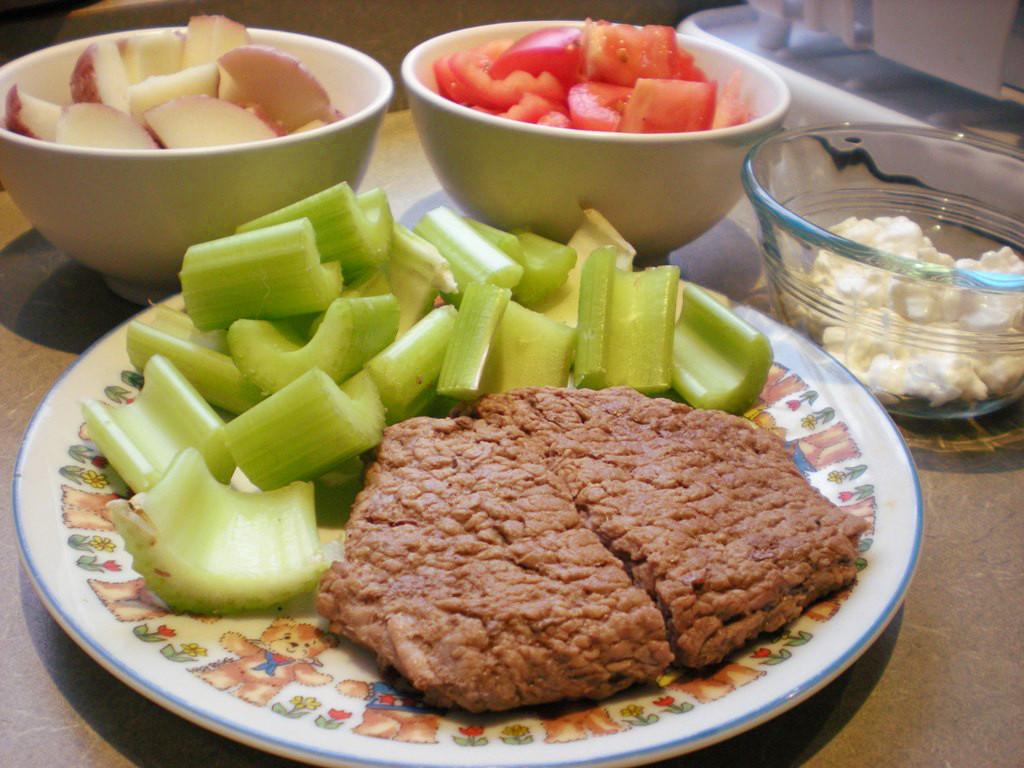 https://foodloader.net/sweetie_2013-10-29_potatoes__tomatoes__celery__cottage_cheese__cube_steak.jpg