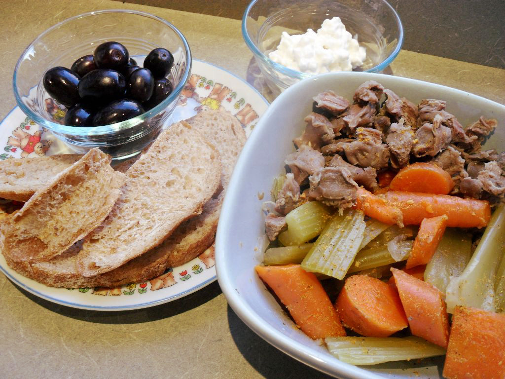 https://foodloader.net/sweetie_2013-10-31_black_grapes__bread__cottage_cheese__chicken_gizzard_stew__celery__carrots.jpg