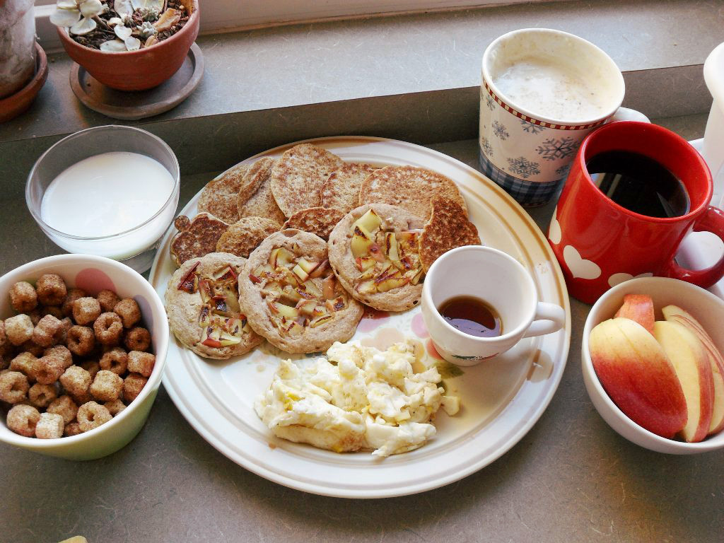 https://foodloader.net/sweetie_2013-10-31_churro_cereal__milk__apple_pancakes__eggs__hot_cereal__coffee__apple.jpg