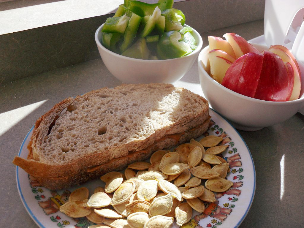 https://foodloader.net/sweetie_2013-11-02_bell_pepper__honeycrisp_apple__peanut_butter_sandwich__pumpkin_seeds.jpg