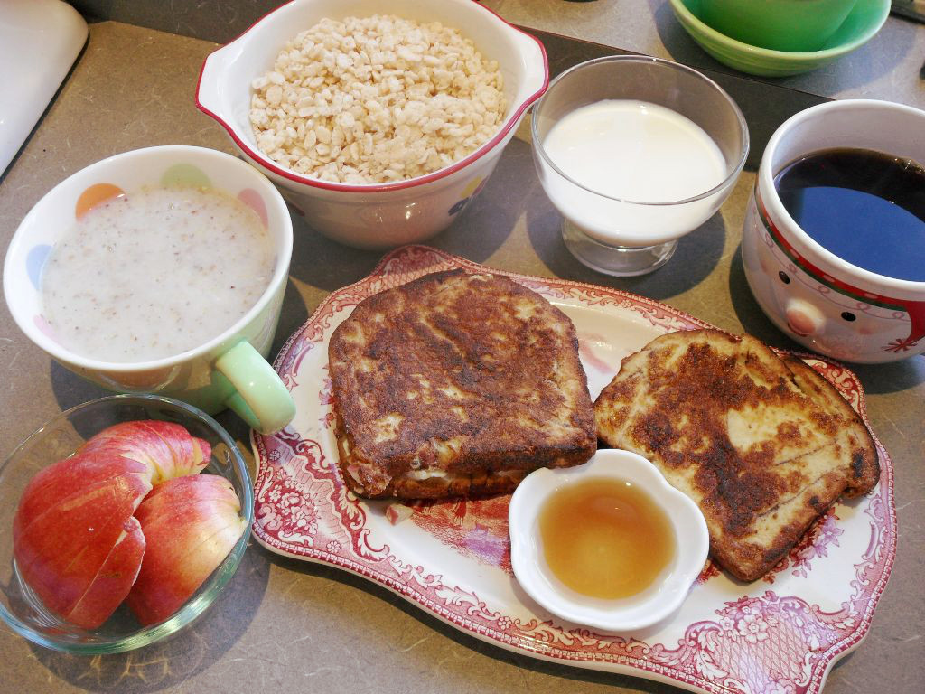 https://foodloader.net/sweetie_2013-11-03_apple__hot_cereal__rice_krispies__milk__coffee__stuffed_french_toast__syrup.jpg