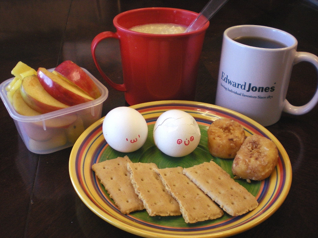 https://foodloader.net/sweetie_2013-11-07_pineapple__apple__oatmeal__coffee__hardboiled_eggs__donuts__graham_crackers.jpg
